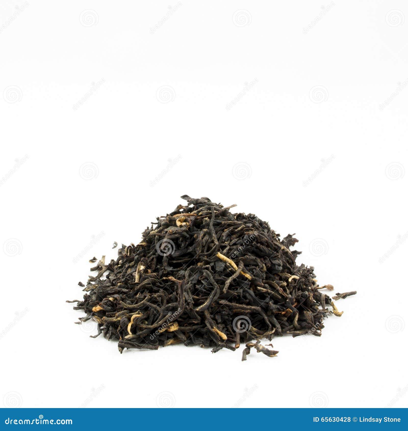 Pile des feuilles de thé noires avec l espace de copie
