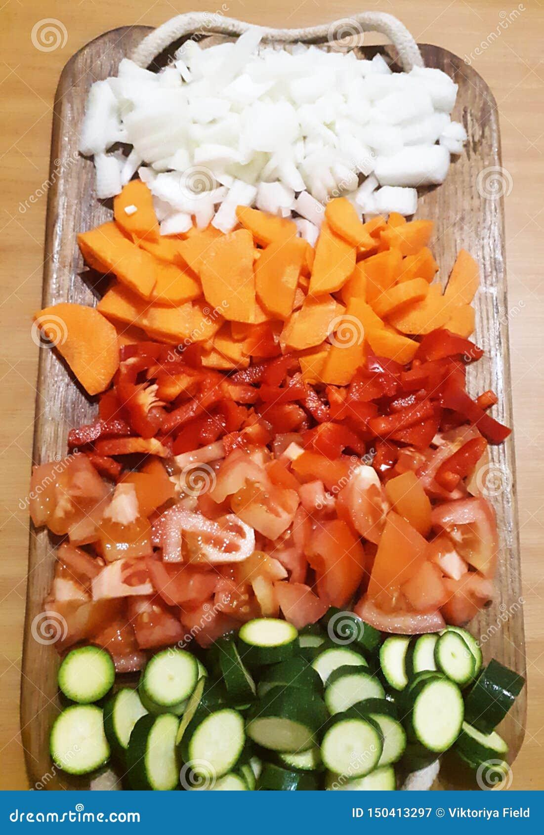 Pile des légumes colorés sur le plateau en bois
