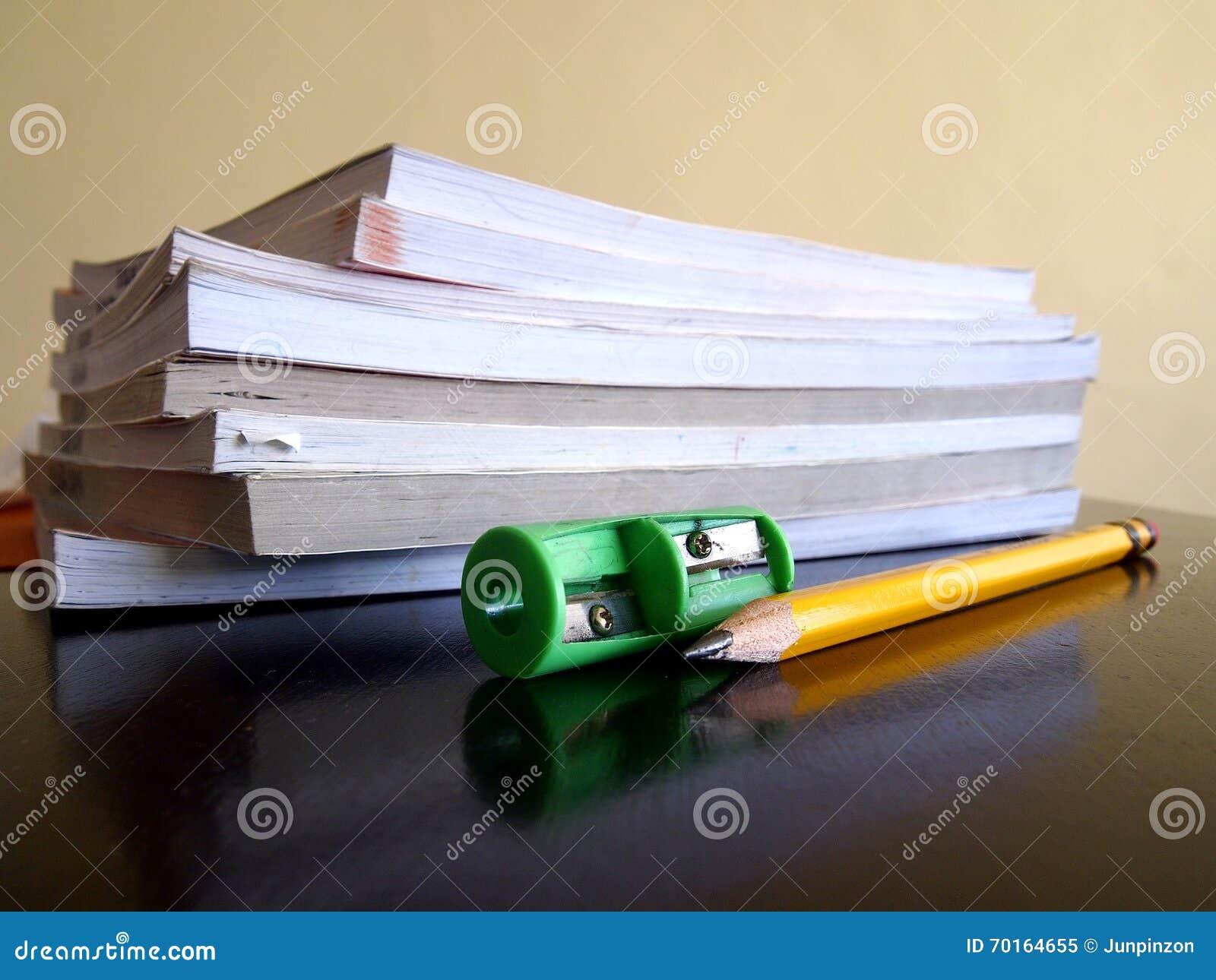 Pile des livres, d un crayon et d une affûteuse