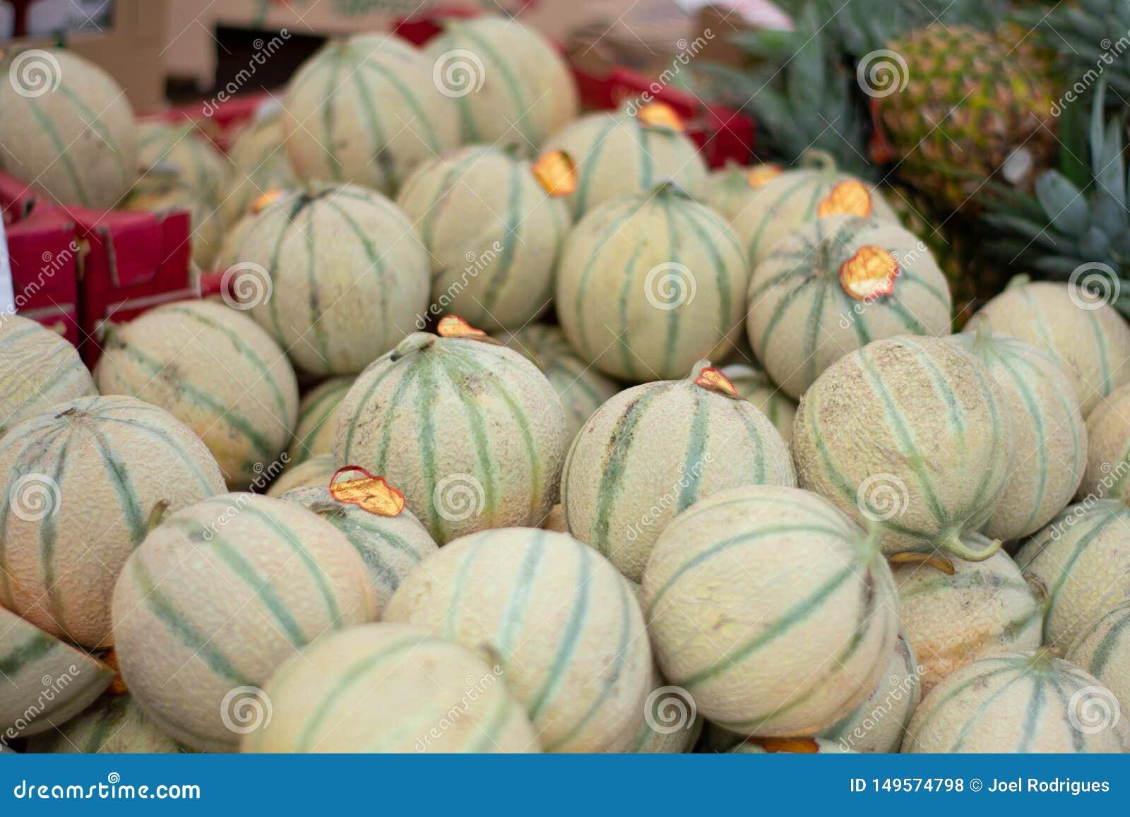 Pile des melons de Charentais sur le marché