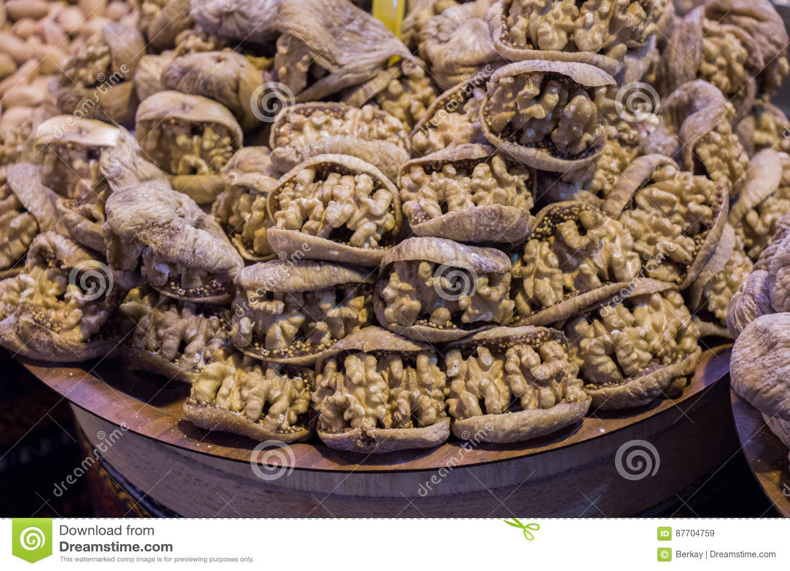 Pile des noix entières sans coquilles de noix dans la figue