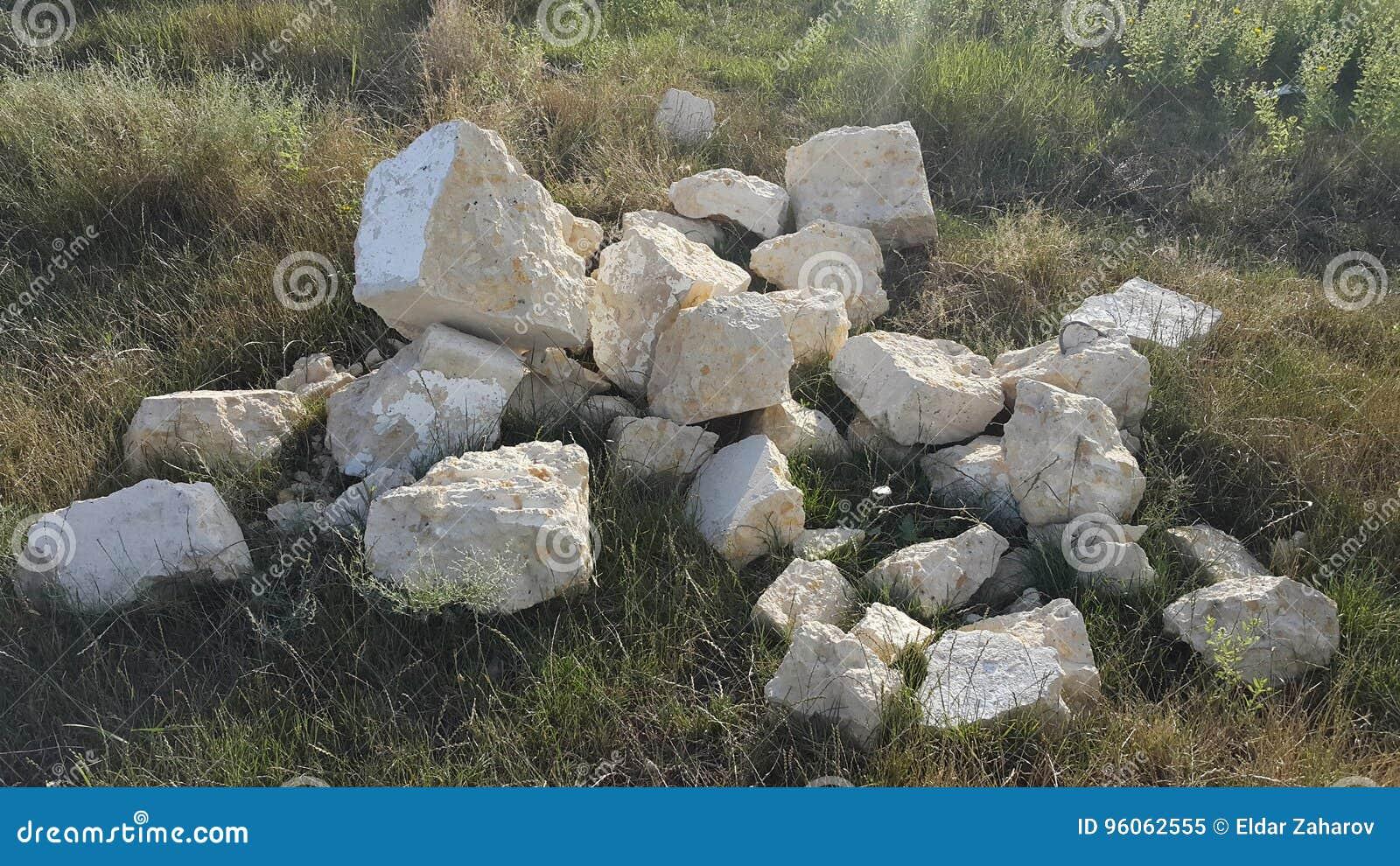 Pile des pierres sur l herbe position de la vie ruines
