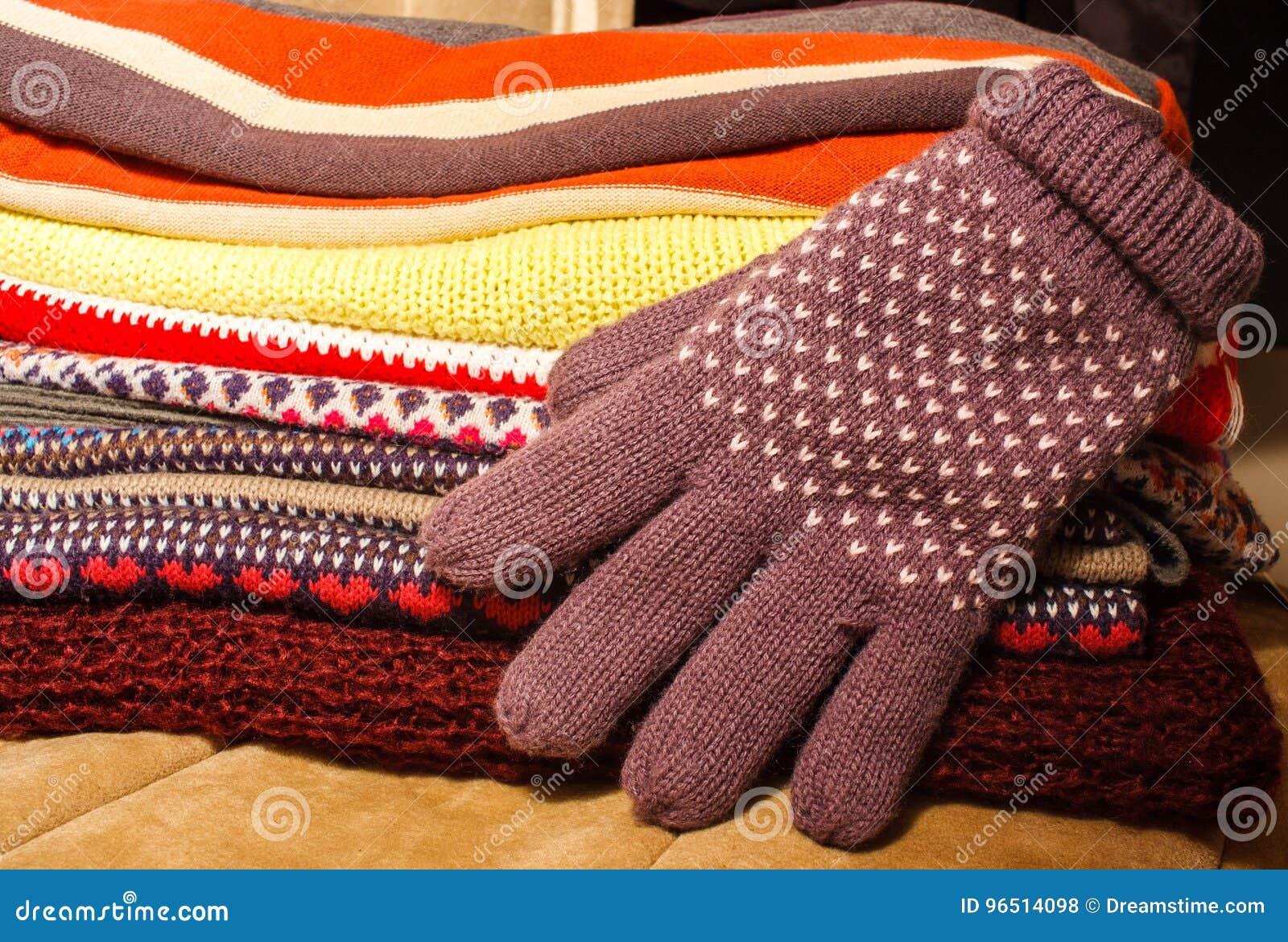 Pile des vêtements chauds colorés de Noël d hiver et d un glov d hiver