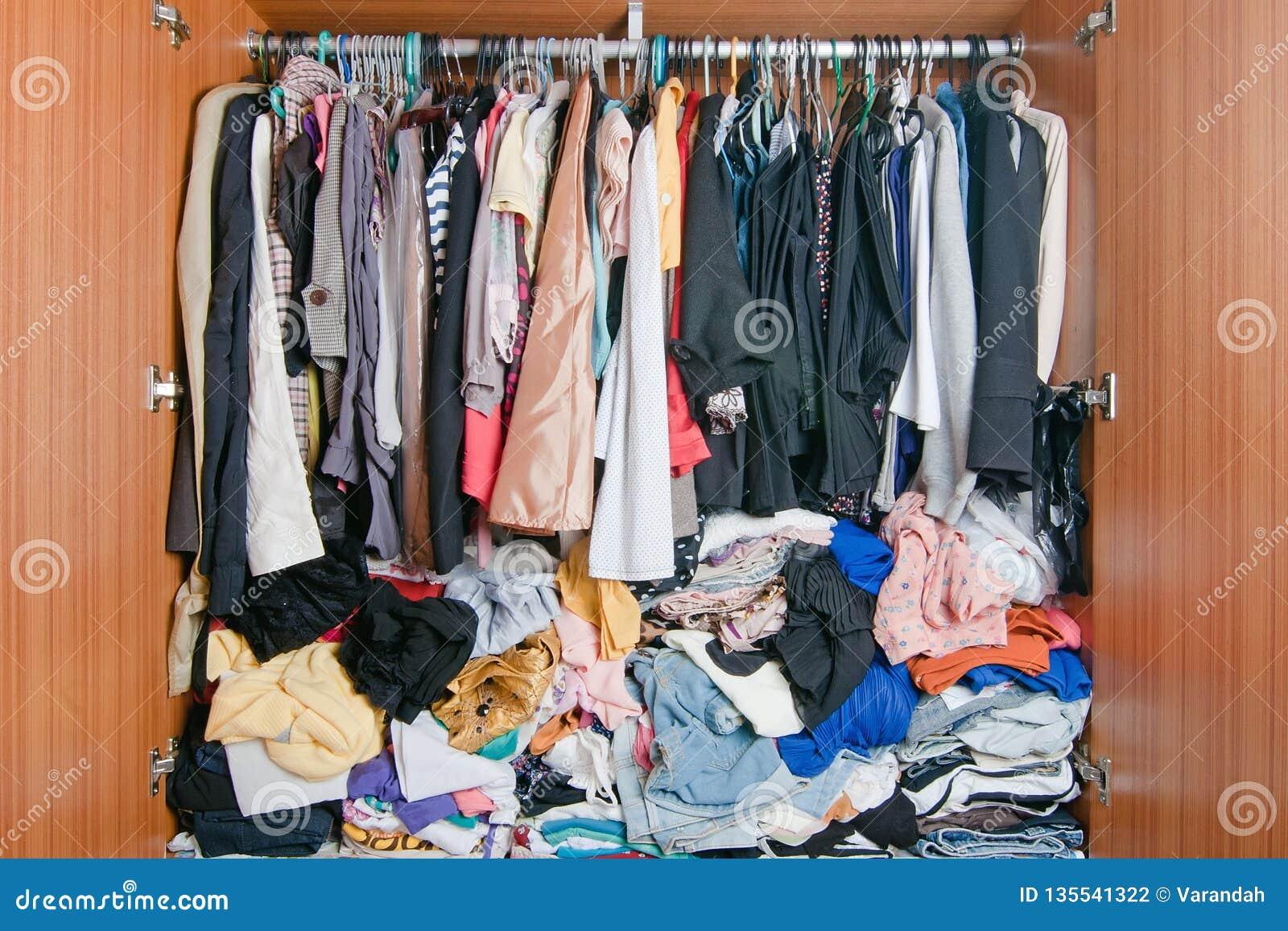 Pile des vêtements malpropres dans le cabinet Garde-robe encombrée désordonnée de femme