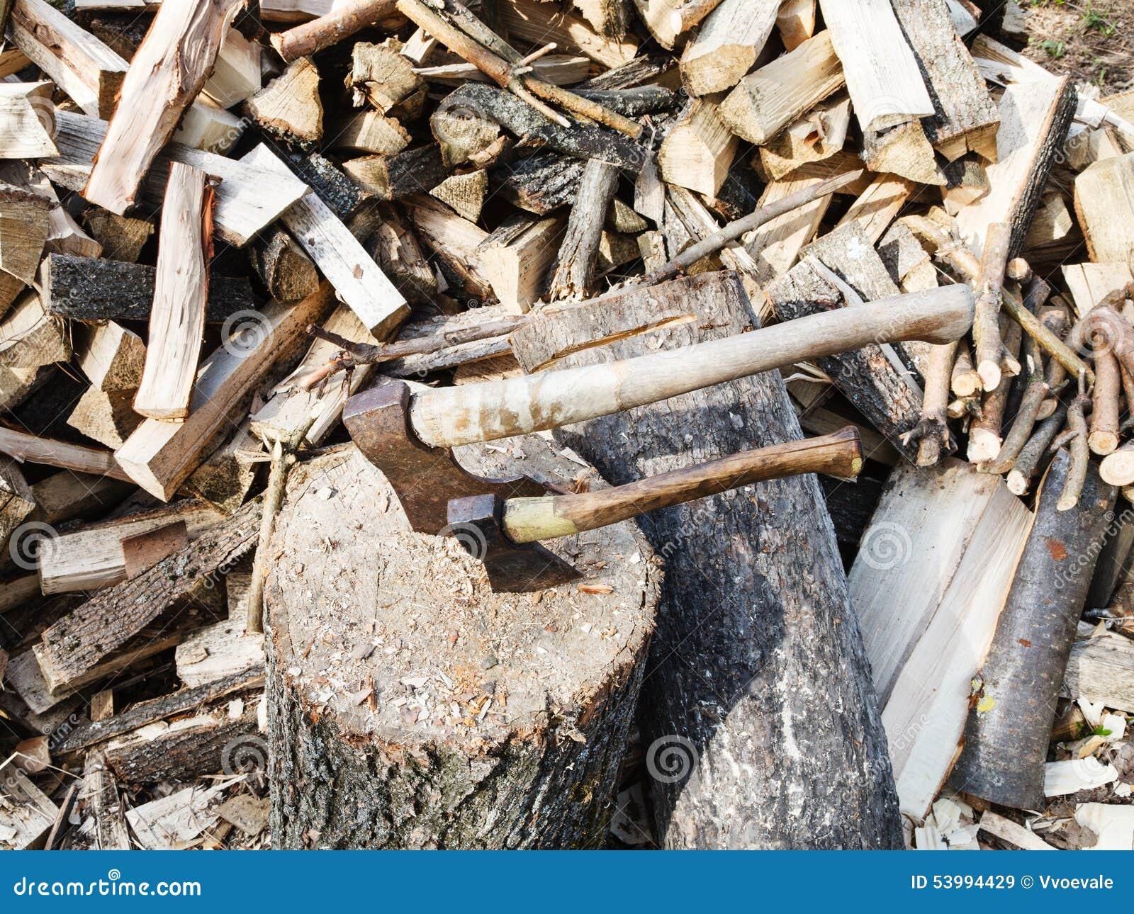 pile du bois plate forme pour couper le bois de chauffage deux haches photo stock image. Black Bedroom Furniture Sets. Home Design Ideas