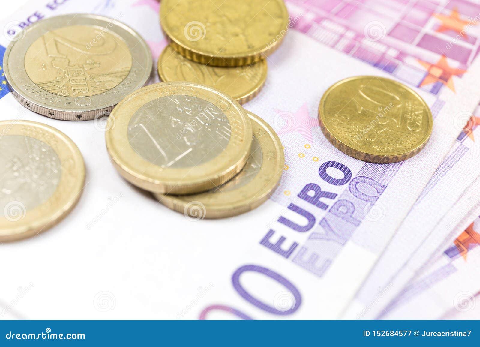 Pile en gros plan d euro billets de banque et pièces de monnaie 500 euro billets de banque