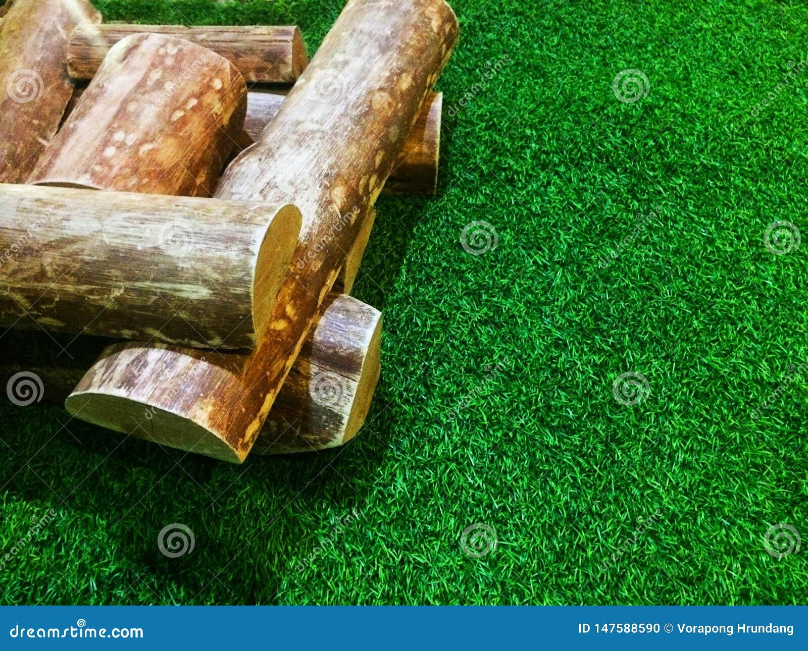 Piles de bois de chauffage placées sur l herbe artificielle