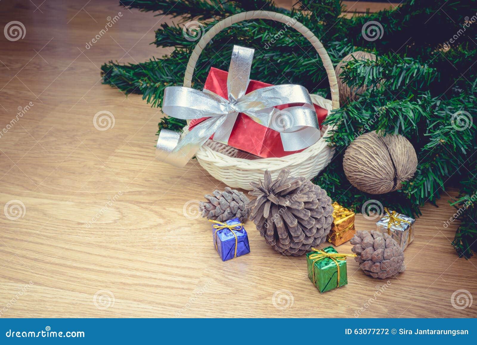 Download Piles de cadeaux de Noël photo stock. Image du noël, fond - 63077272