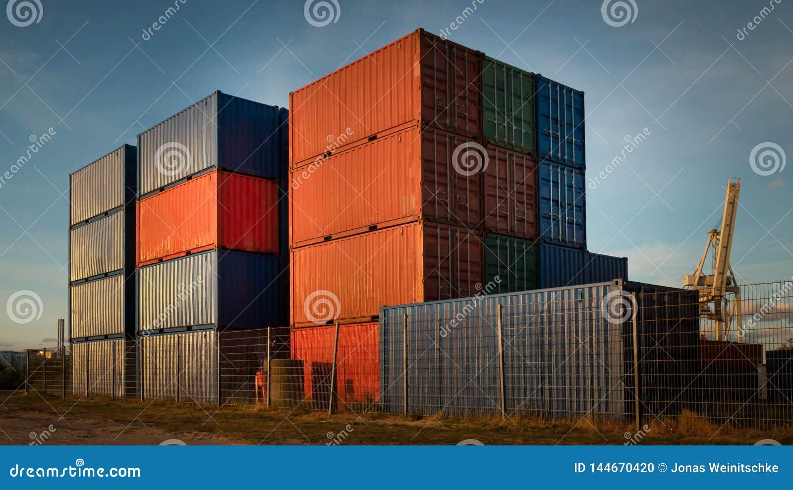 Piles de conteneur dans le port de Hambourg par temps beau