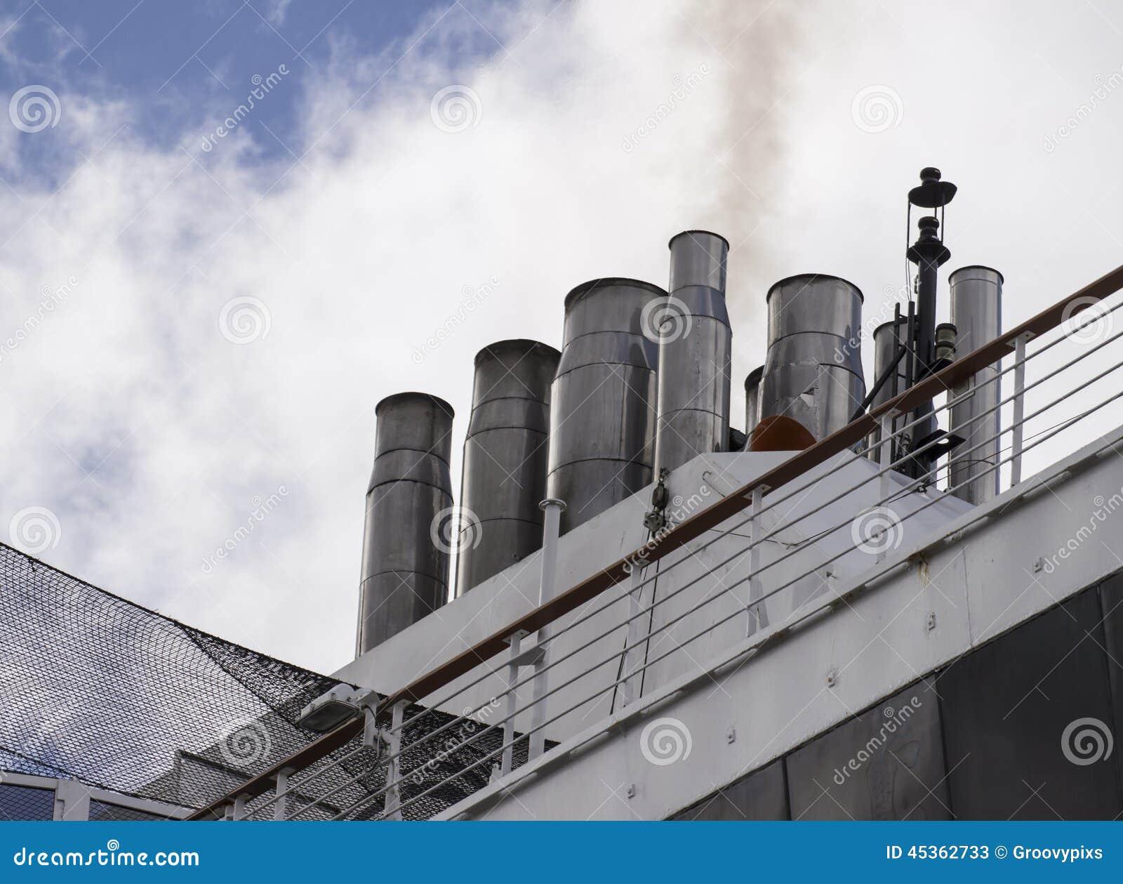 Piles de Maasdam de bateau de croisière