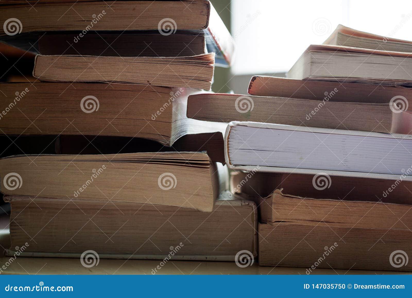 Piles de remorquage de livres de livre broché et de livre cartonné