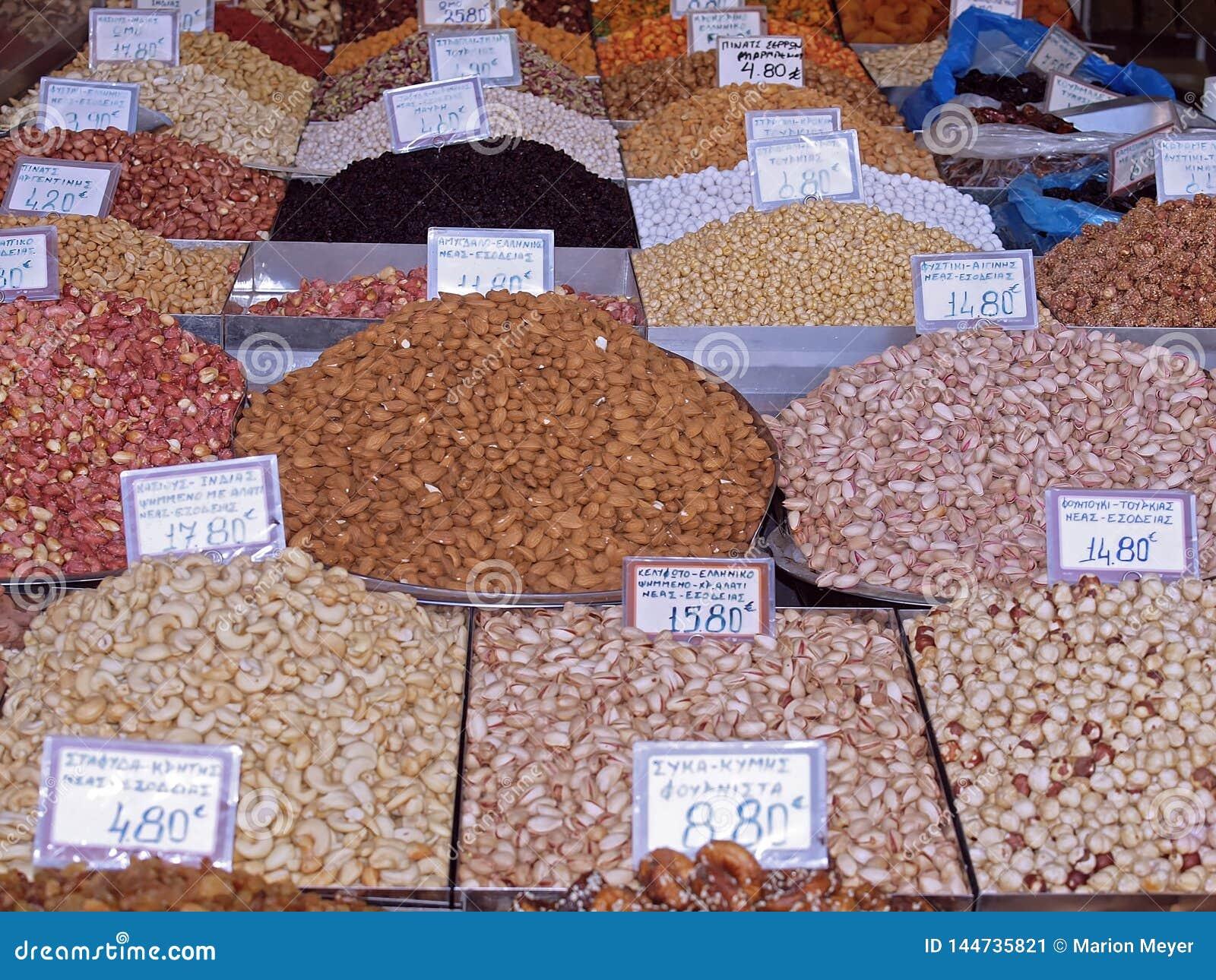 Piles des écrous et des épices colorés à un marché de nourriture