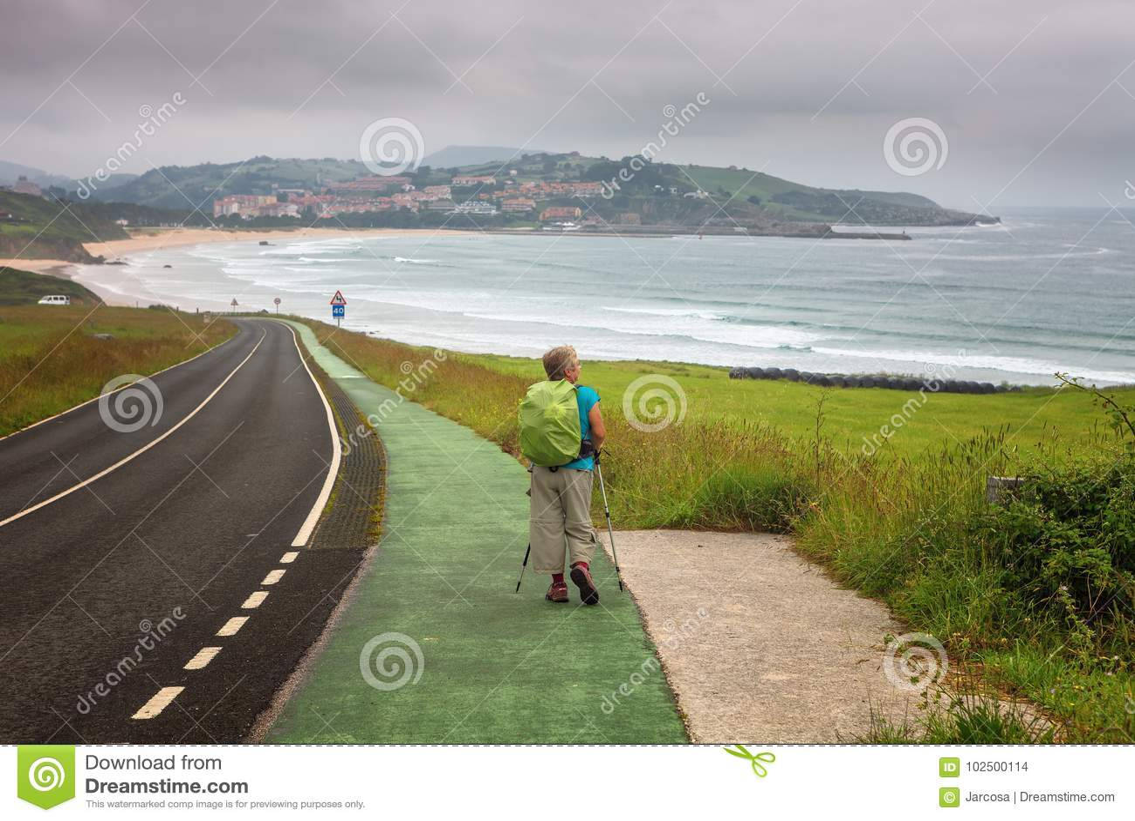 Pilger, der in Richtung zu San Vicente de la Barquera, Kantabrien, S geht