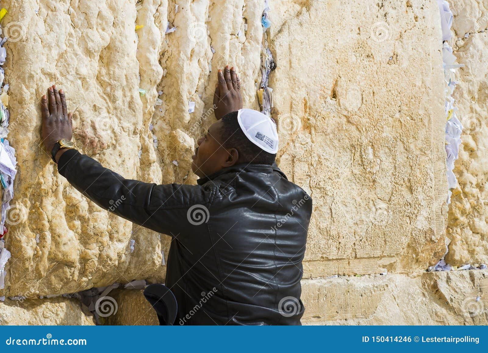 Pilgrims ber p? v?ggen av gr?ta av det heliga st?llet av det judiska folket och mitten av dyrkan av kristen runt om