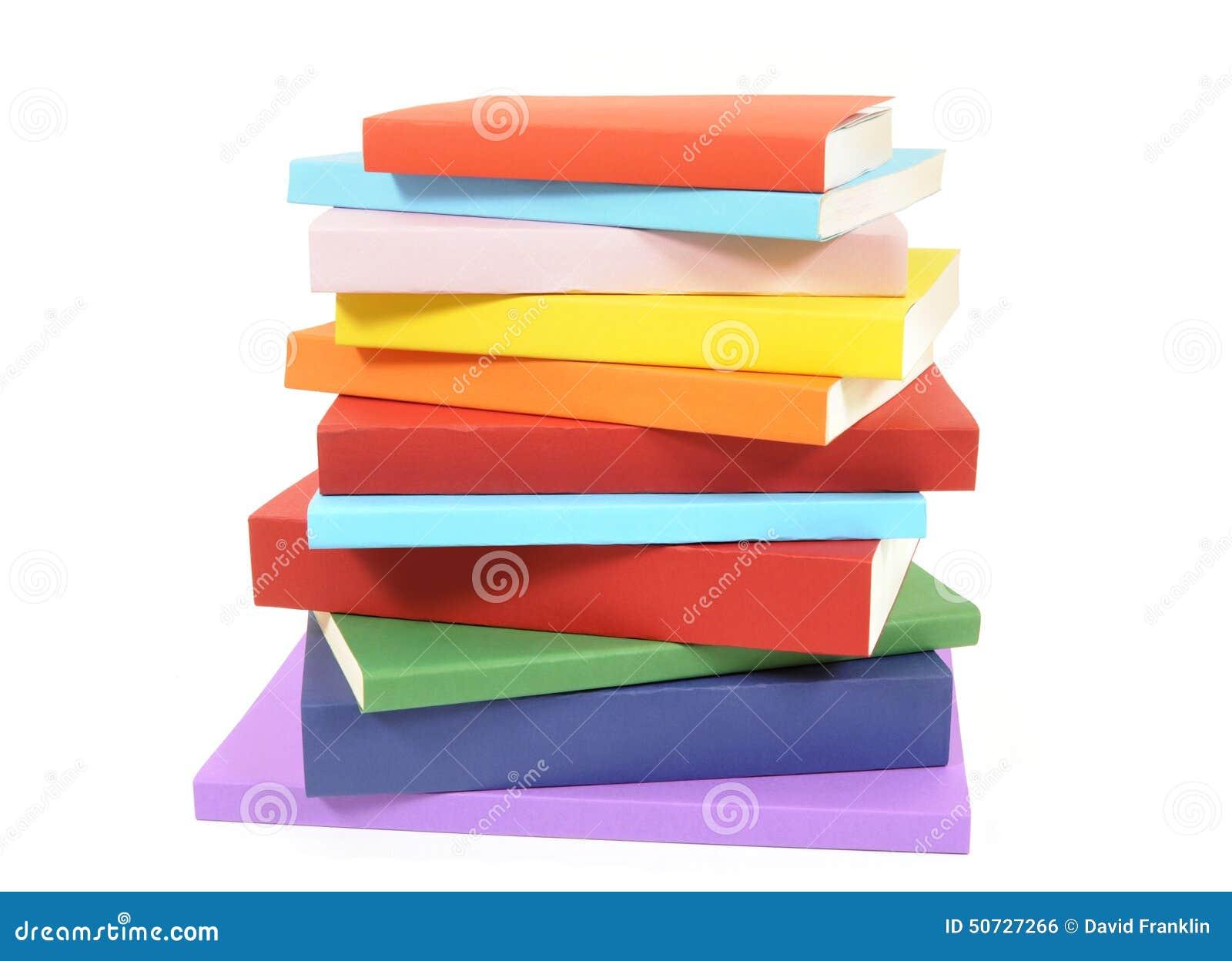 Pilha bagunçado de livros de bolso coloridos