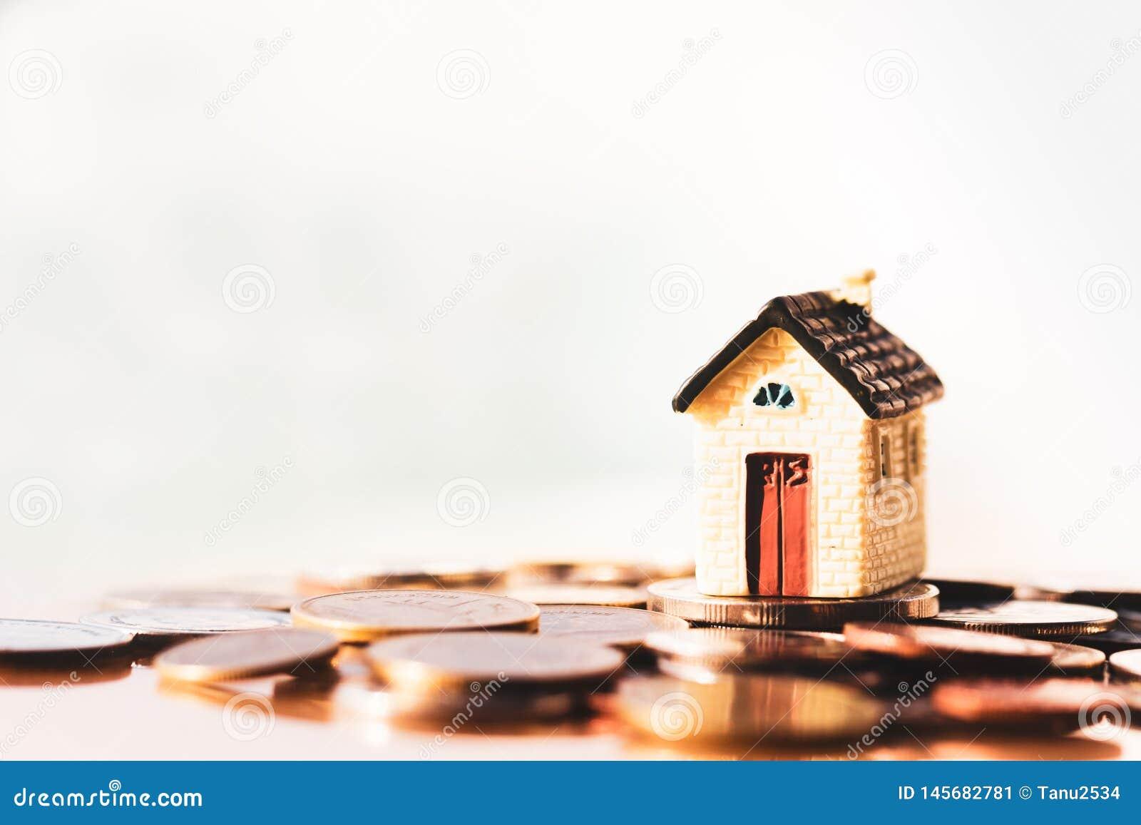 Pilha da casa e das moedas para que salvar compre uma casa Investimento da propriedade e conceito financeiro da hipoteca da casa