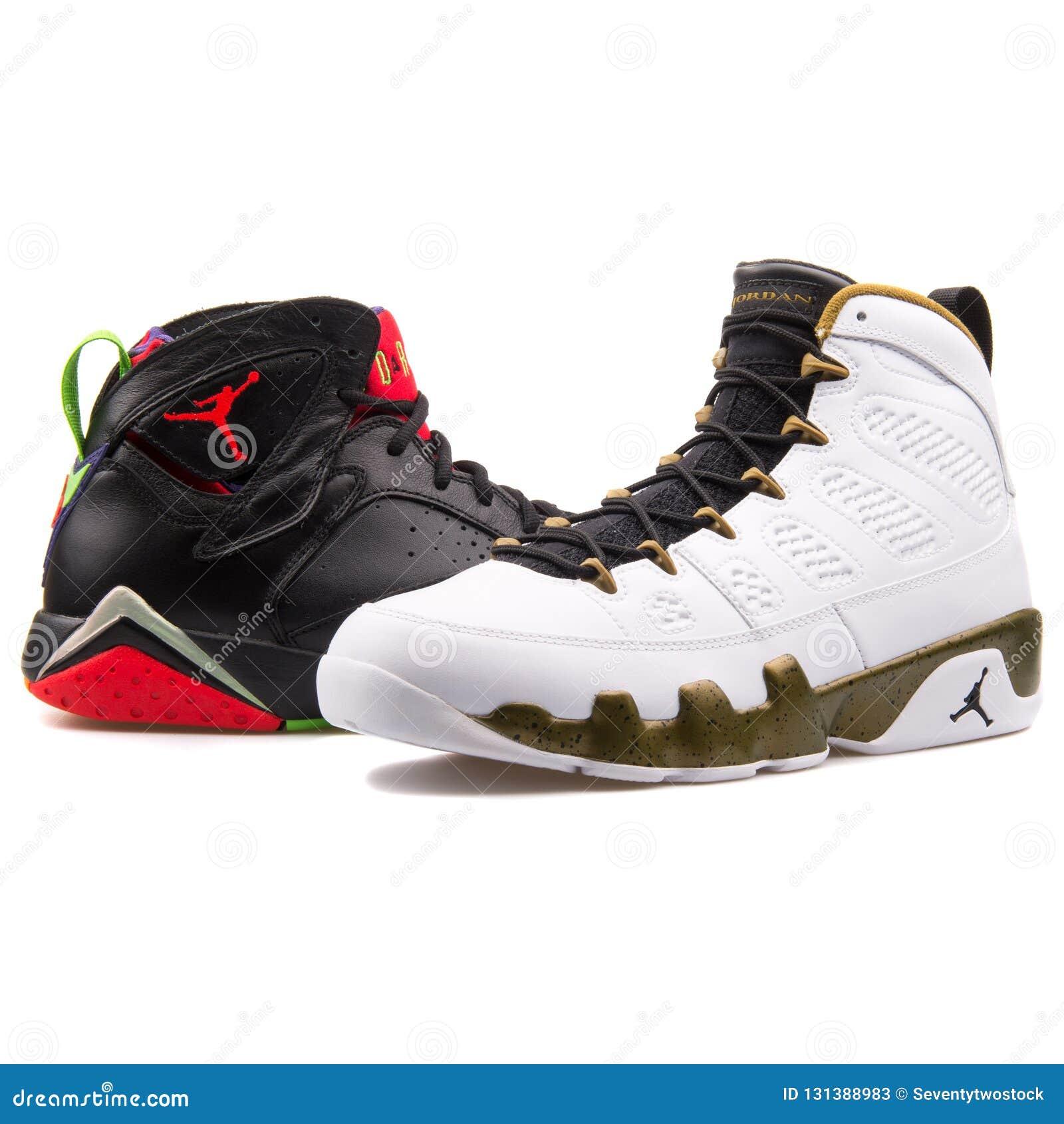 Pilha das sapatilhas do basquetebol de Nike Air Jordan isoladas no fundo branco