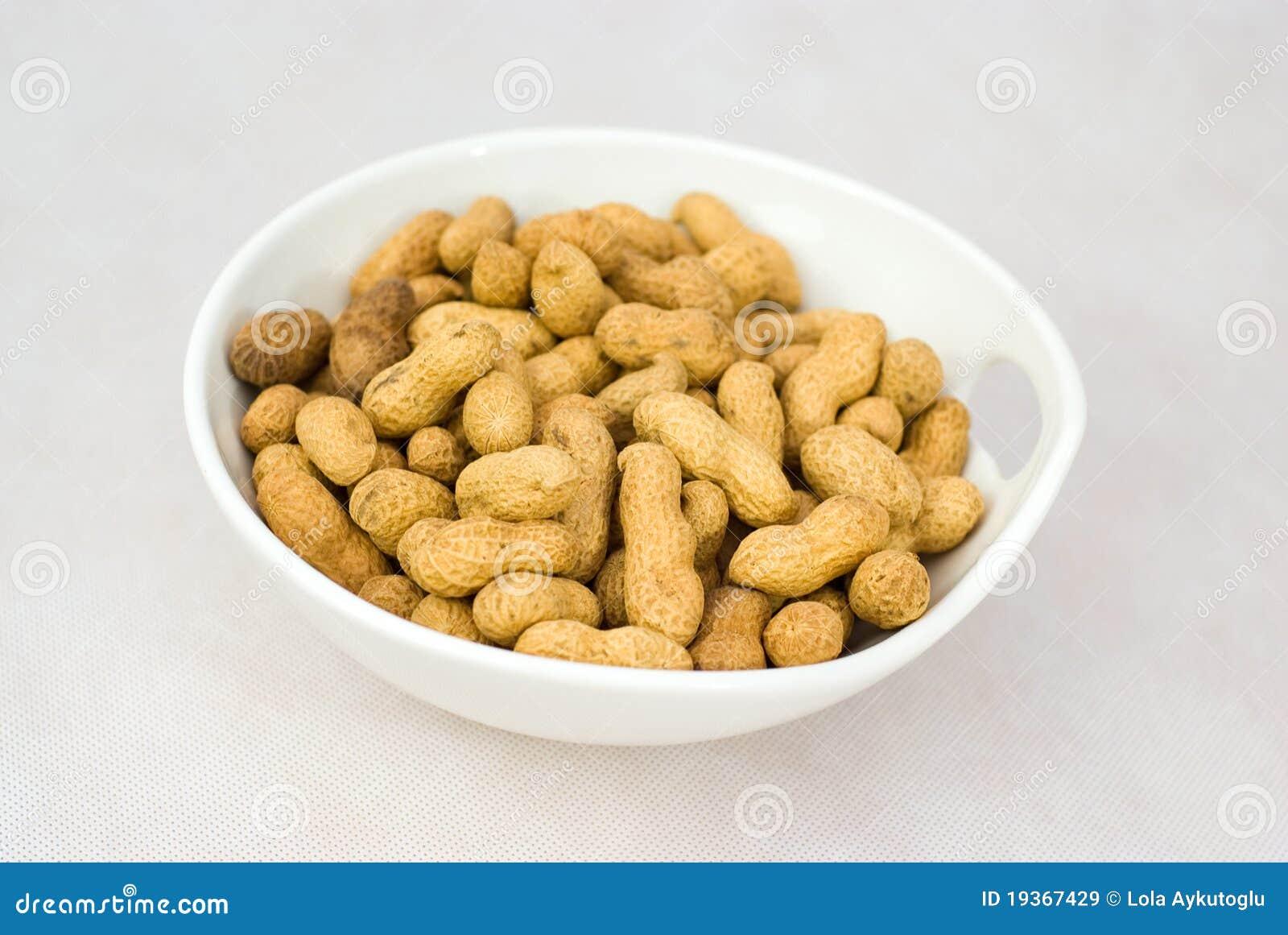 Pilha de amendoins crus maduros na bacia branca