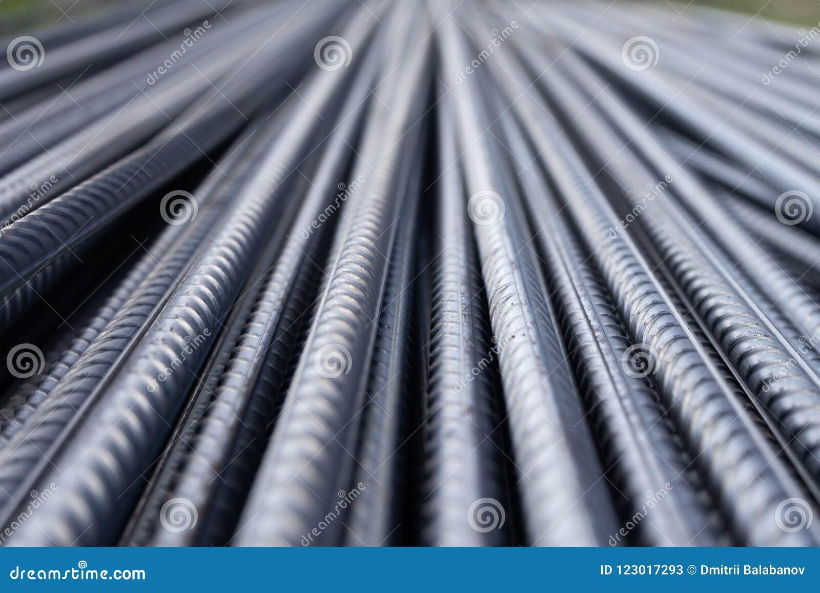 Pilha de barras do reforço do metal pesado com textura periódica do perfil Feche acima da armadura de aço da construção B industr