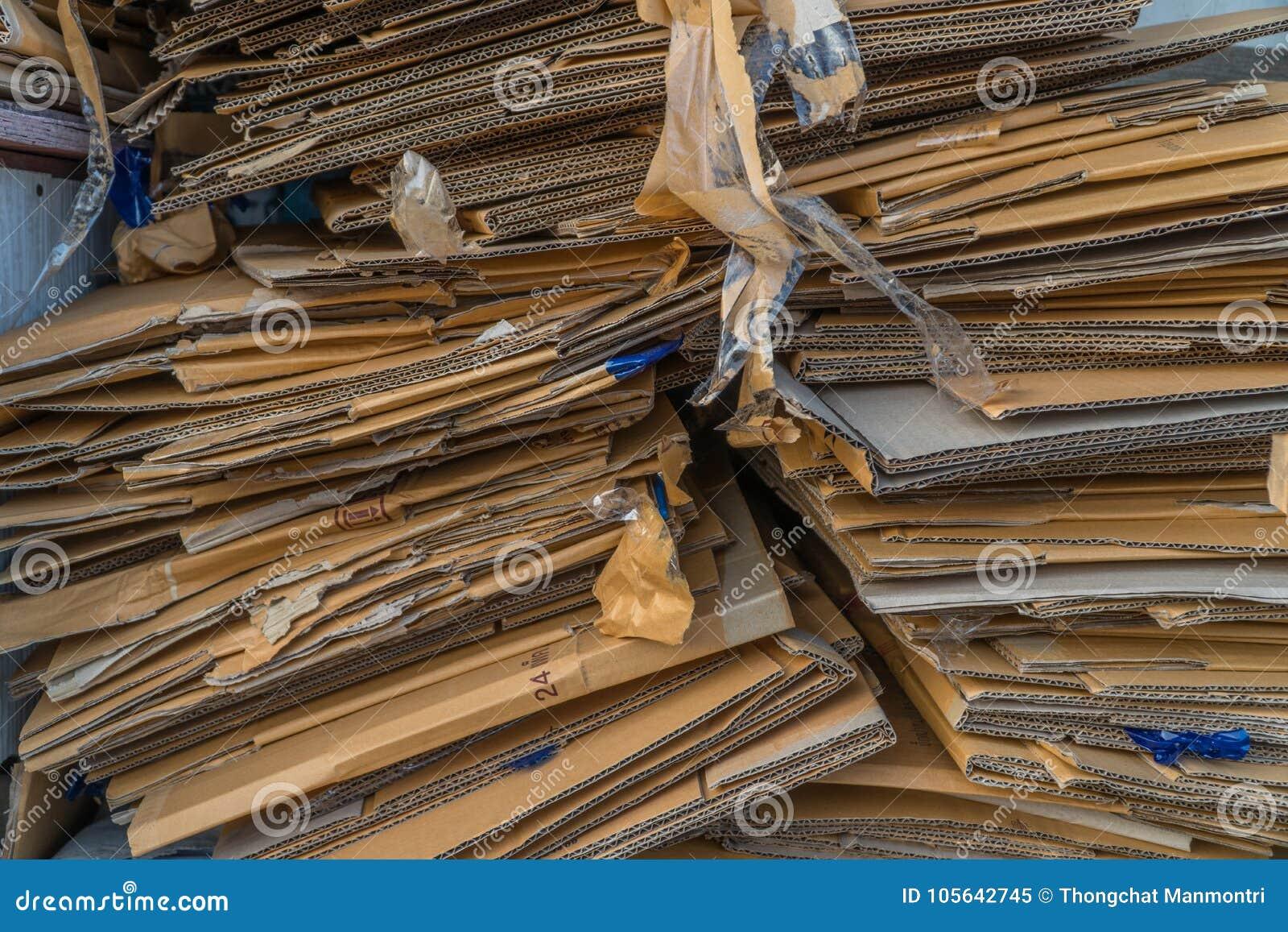 Pilha de caixas de cartão velhas para reciclar