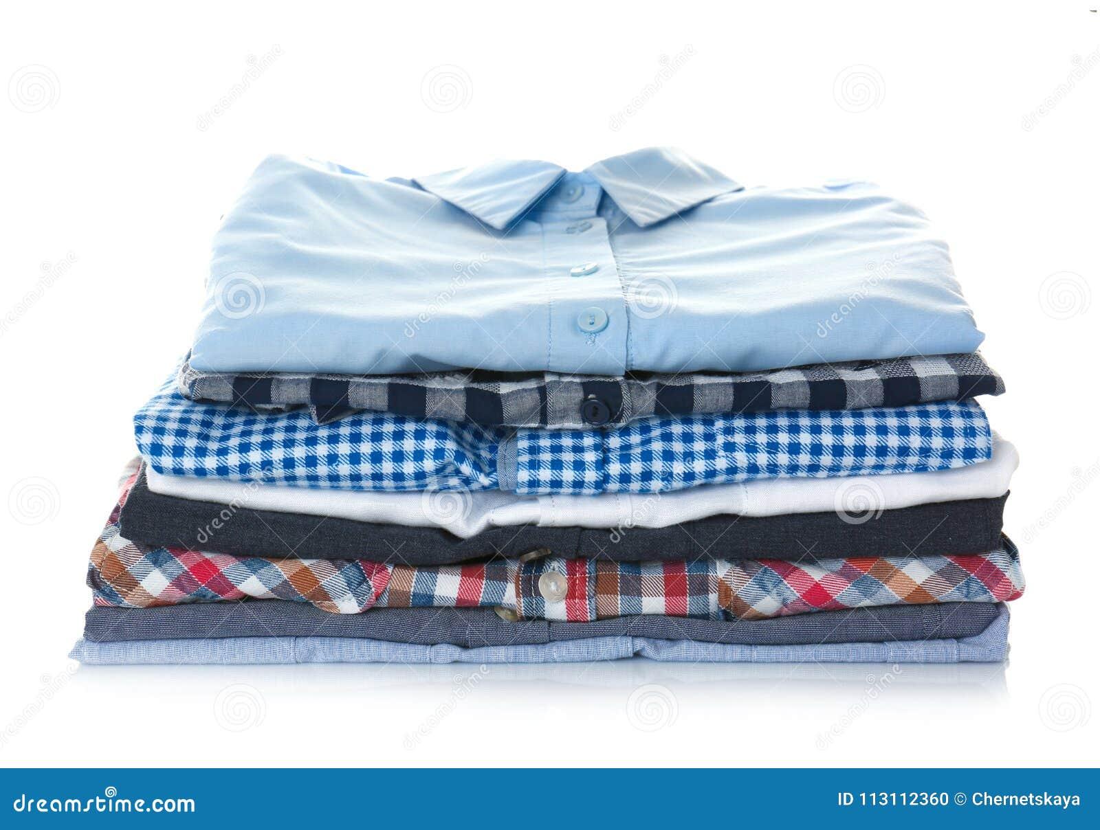Pilha de camisas coloridas