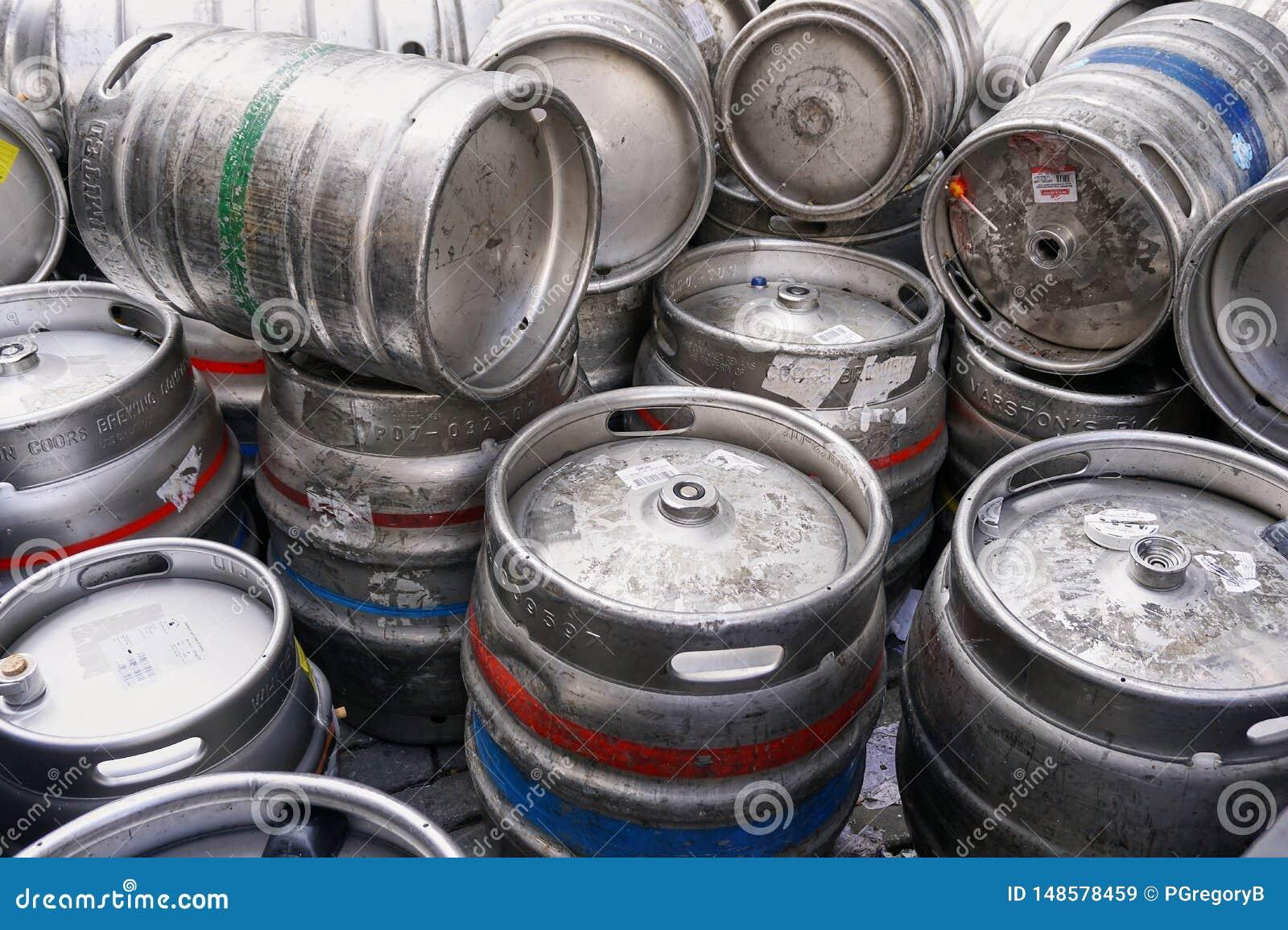Pilha de cilindros vazios do barril de cerveja do metal de prata