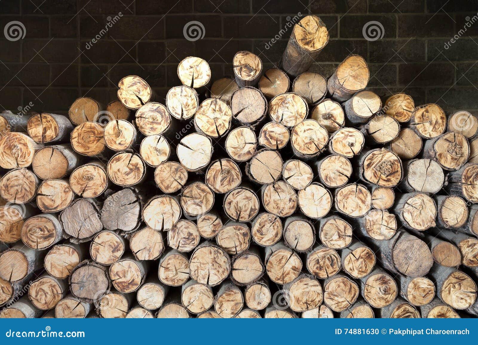Pilha de cotoes de árvore, estrutura das madeiras na chaminé
