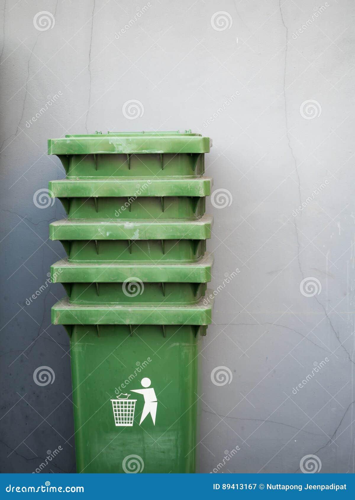 Pilha de escaninhos de lixo verdes