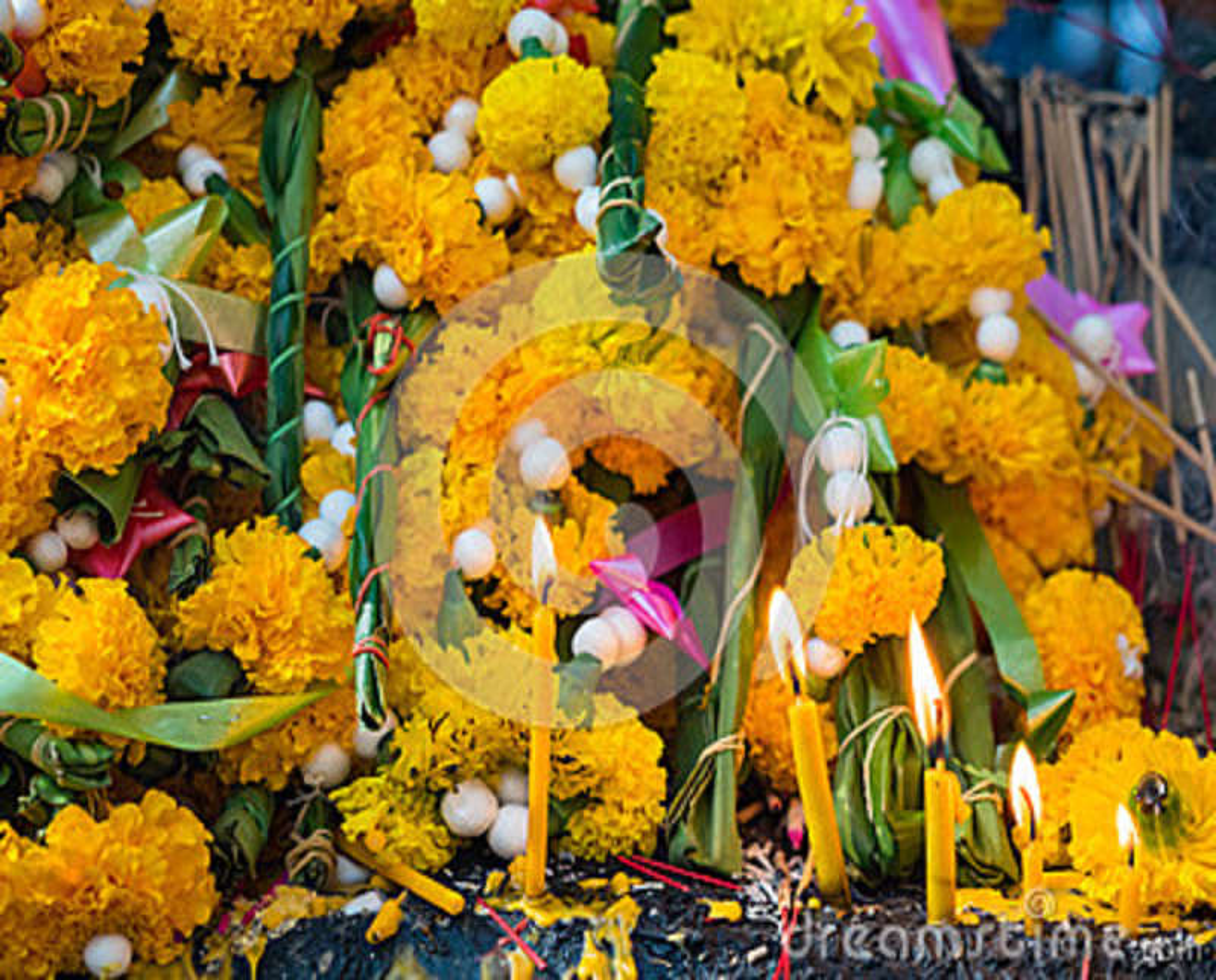 Pilha de flor de festão e de incenso