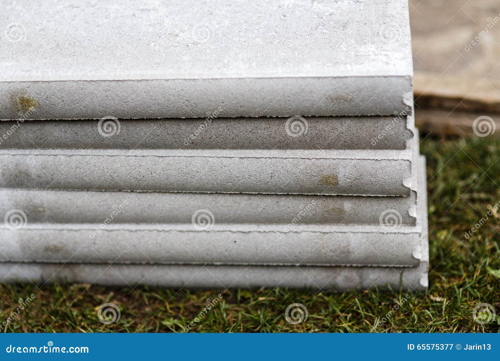 Pilha de freio concreto na grama