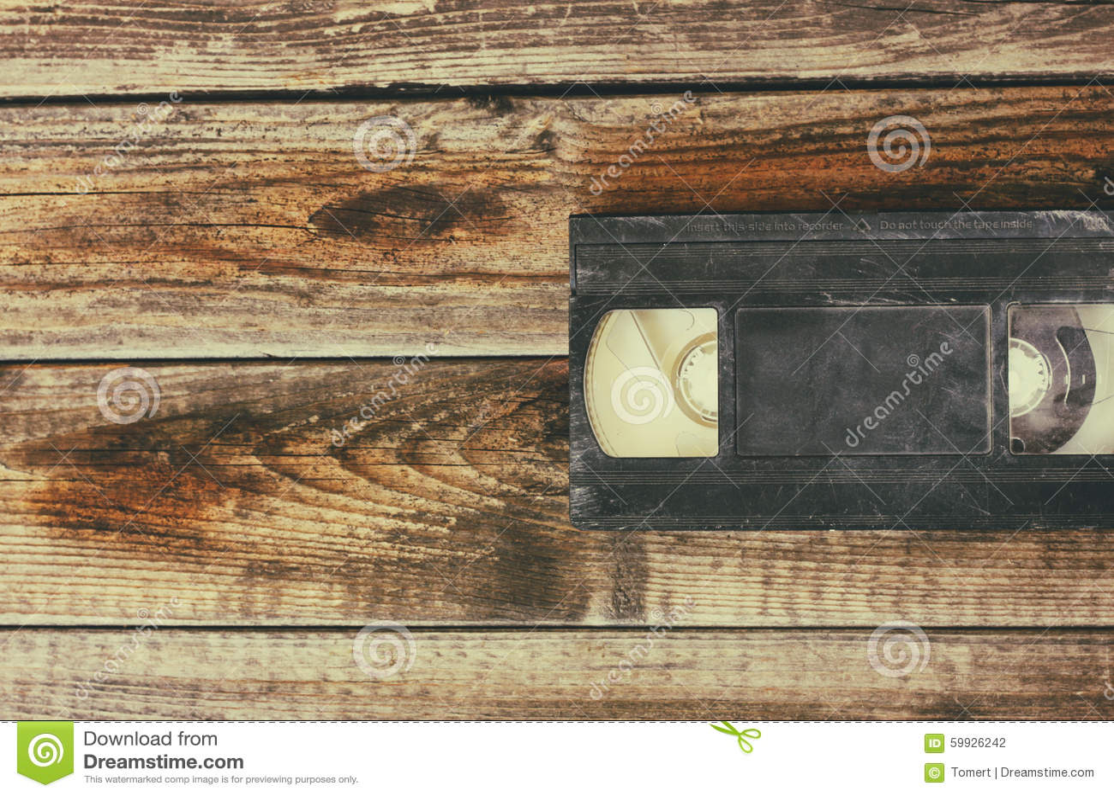 Pilha de gaveta do video tape de VHS sobre o fundo de madeira Foto da vista superior