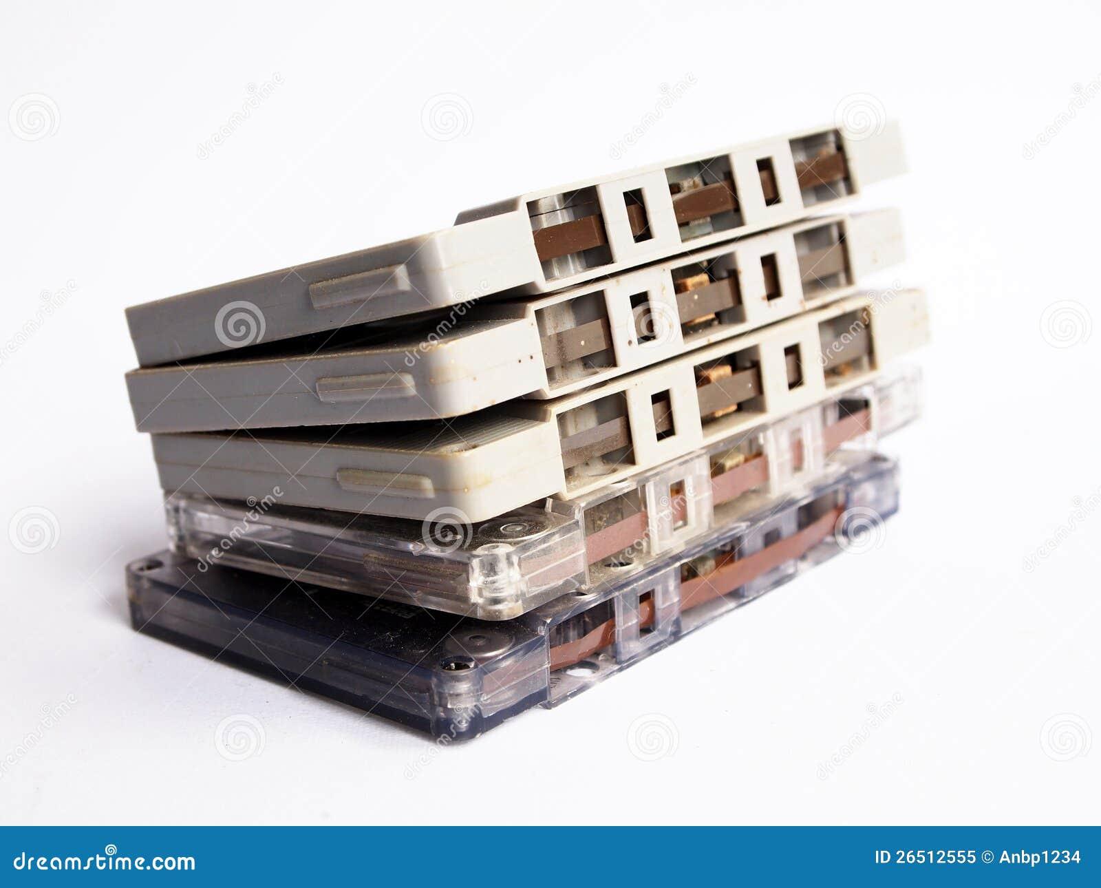 Pilha de gavetas de fita velhas