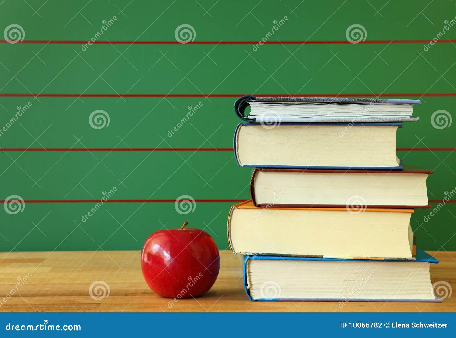 Pilha de livro e de maçã vermelha