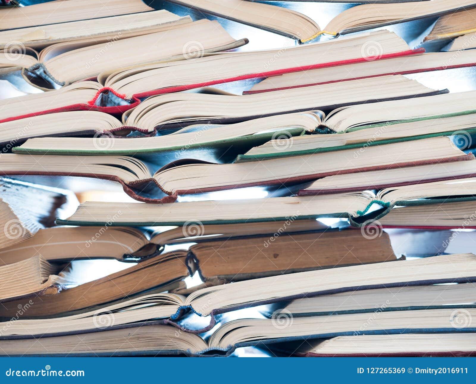 Pilha de livros abertos Biblioteca, literatura, educação, informação, aprendendo, lendo o conceito
