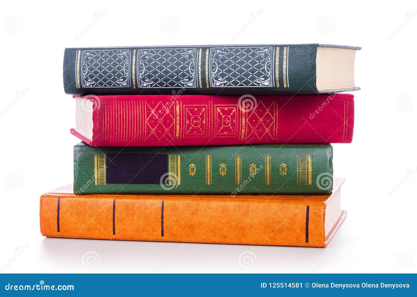 Pilha de livros velhos isolados no branco