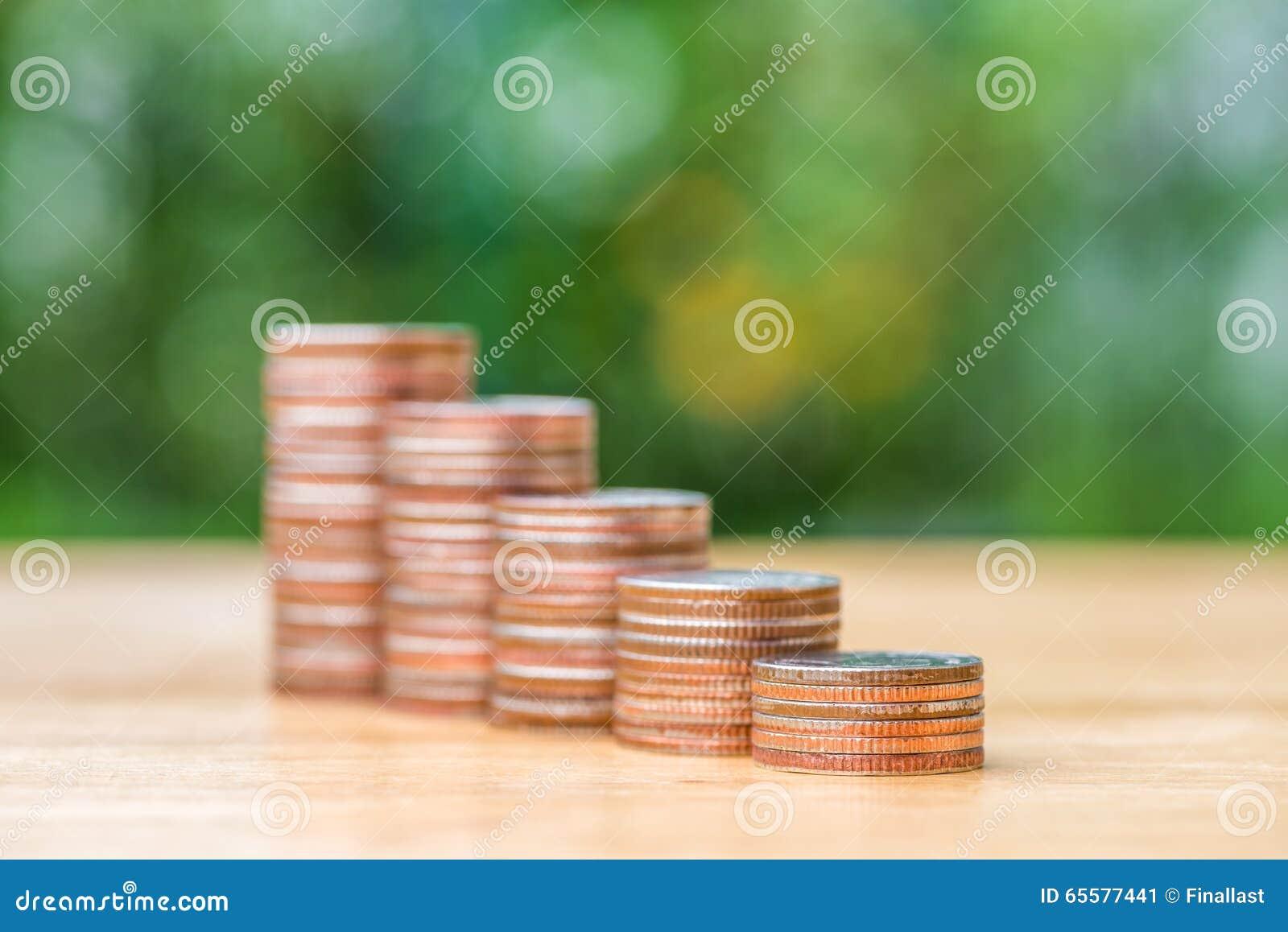 Pilha de moeda na tabela de madeira