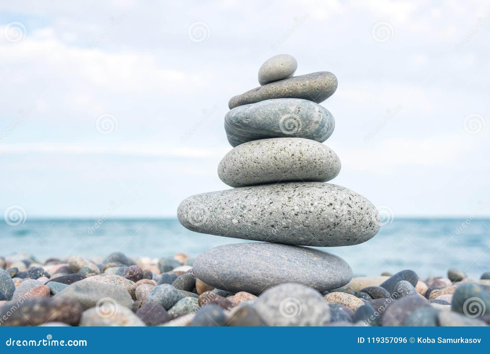 Pilha de pedras na praia do mar, equilíbrio de pedra