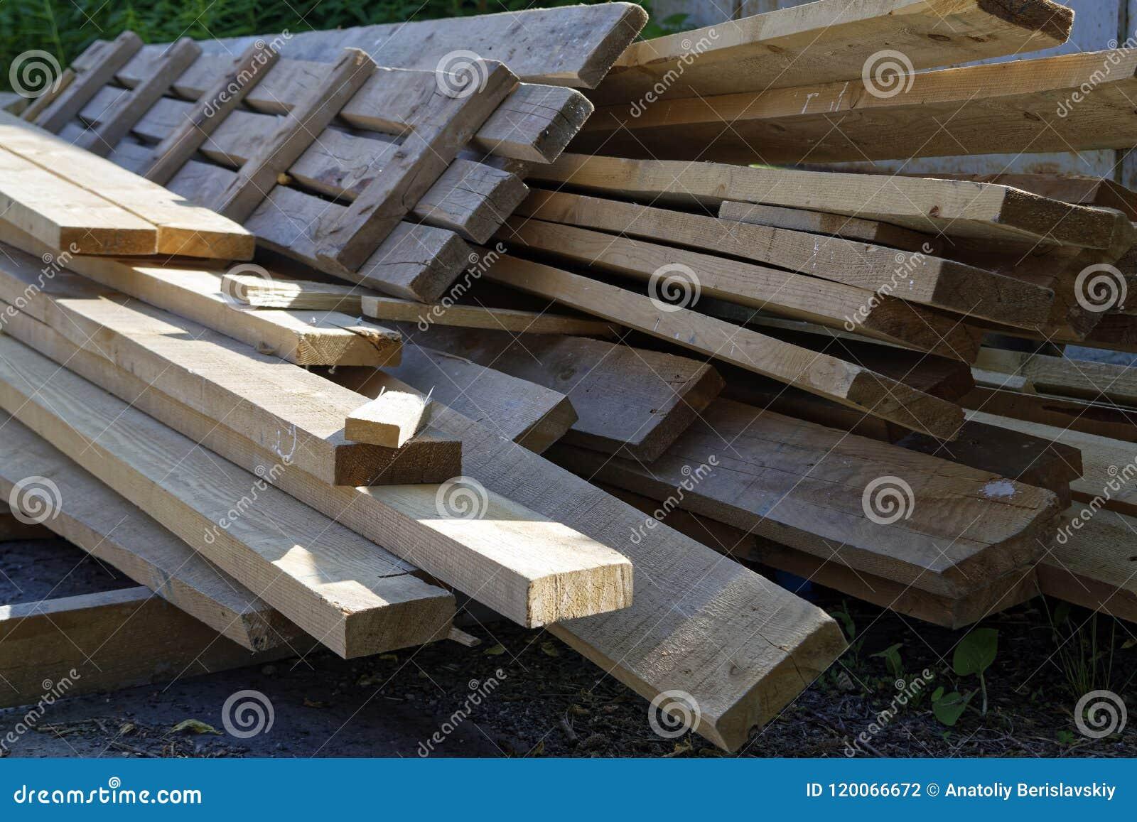 Pilha de placas de madeira velhas