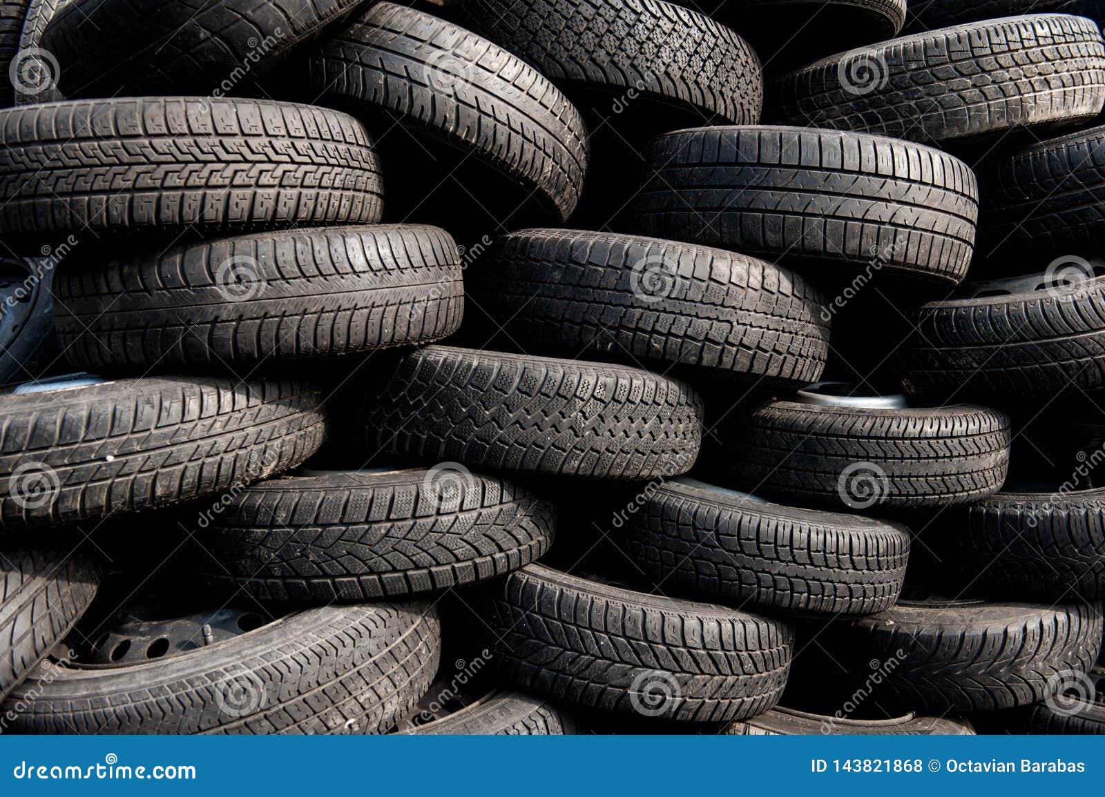 Pilha de pneus usados na jarda da sucata