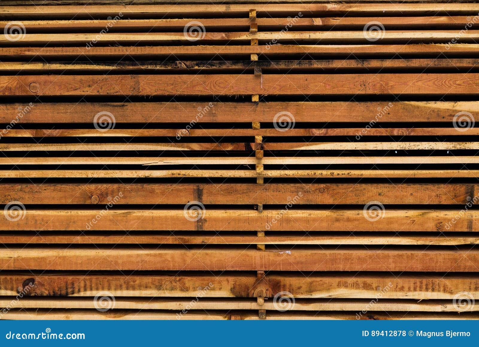 A pilha de tamanho diferente cortou as pranchas de madeira para a construção