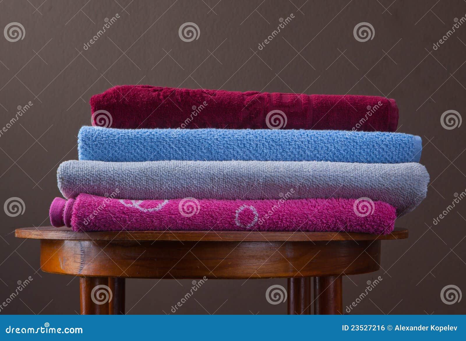 Pilha de toalhas coloridas do algodão
