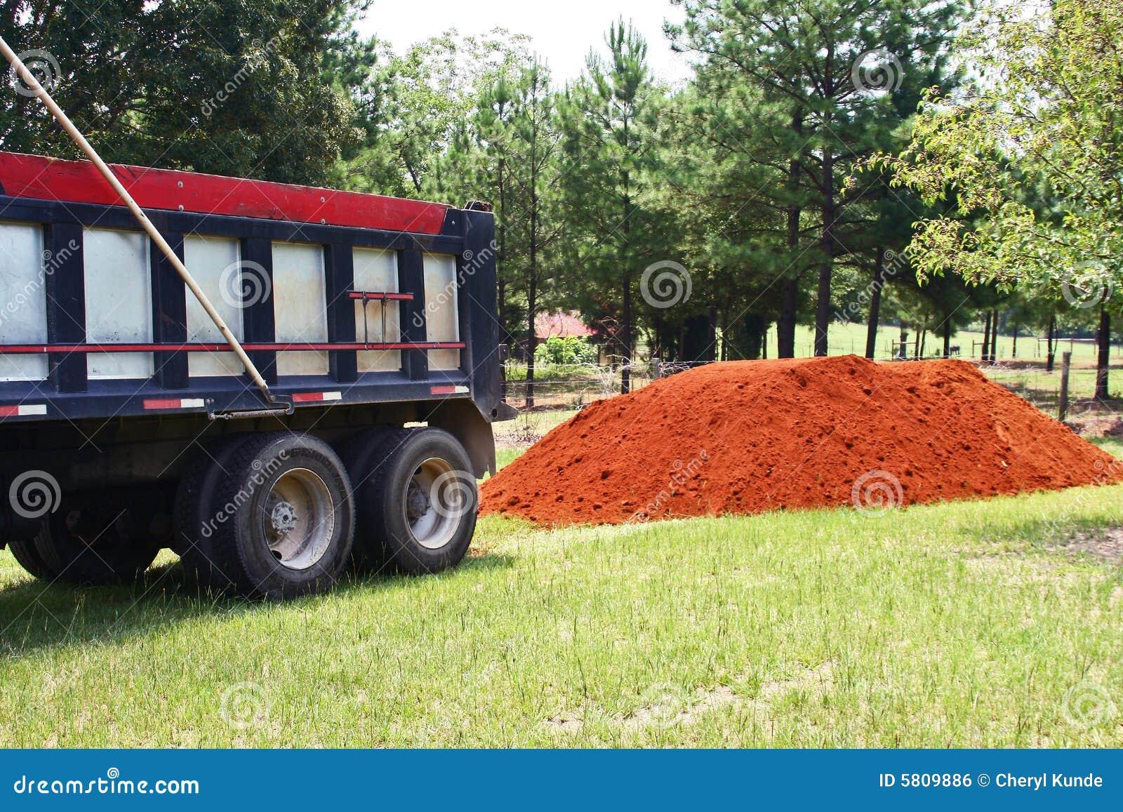 Pilha do caminhão e da sujeira de descarga