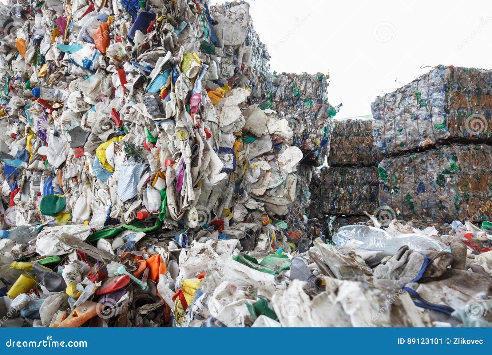 Pilha do desperdício classificado do plástico