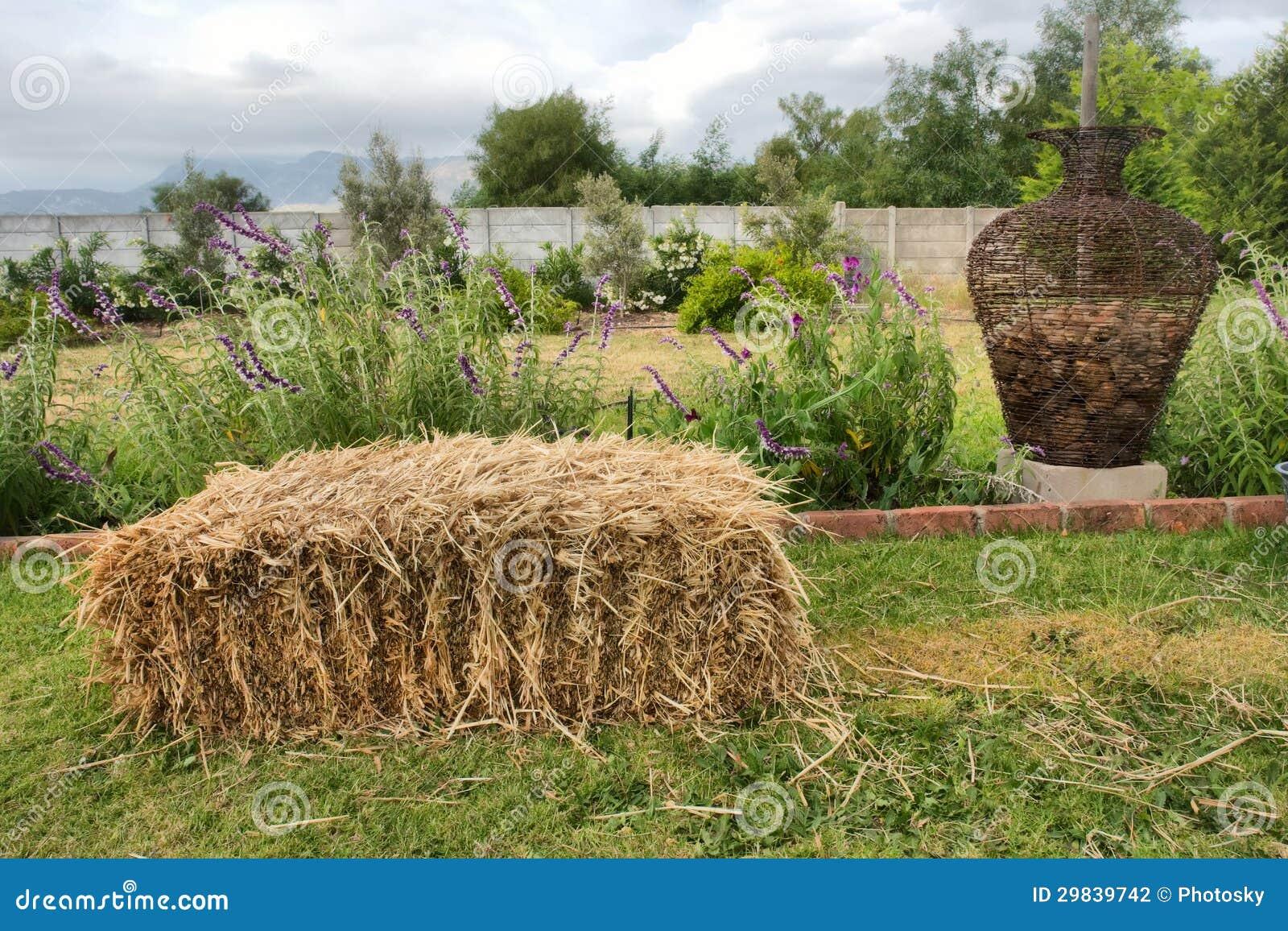 Pilha do feno na grama