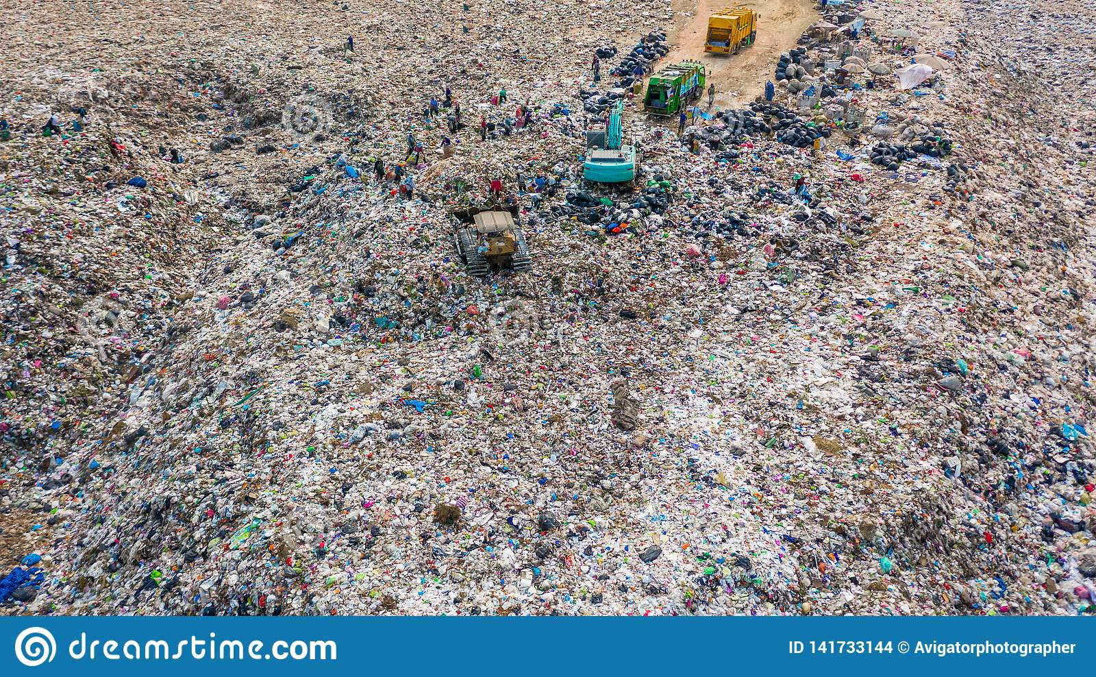 A pilha do lixo na descarga ou na operação de descarga de lixo, caminhões de lixo da vista aérea descarrega o lixo a uma operação