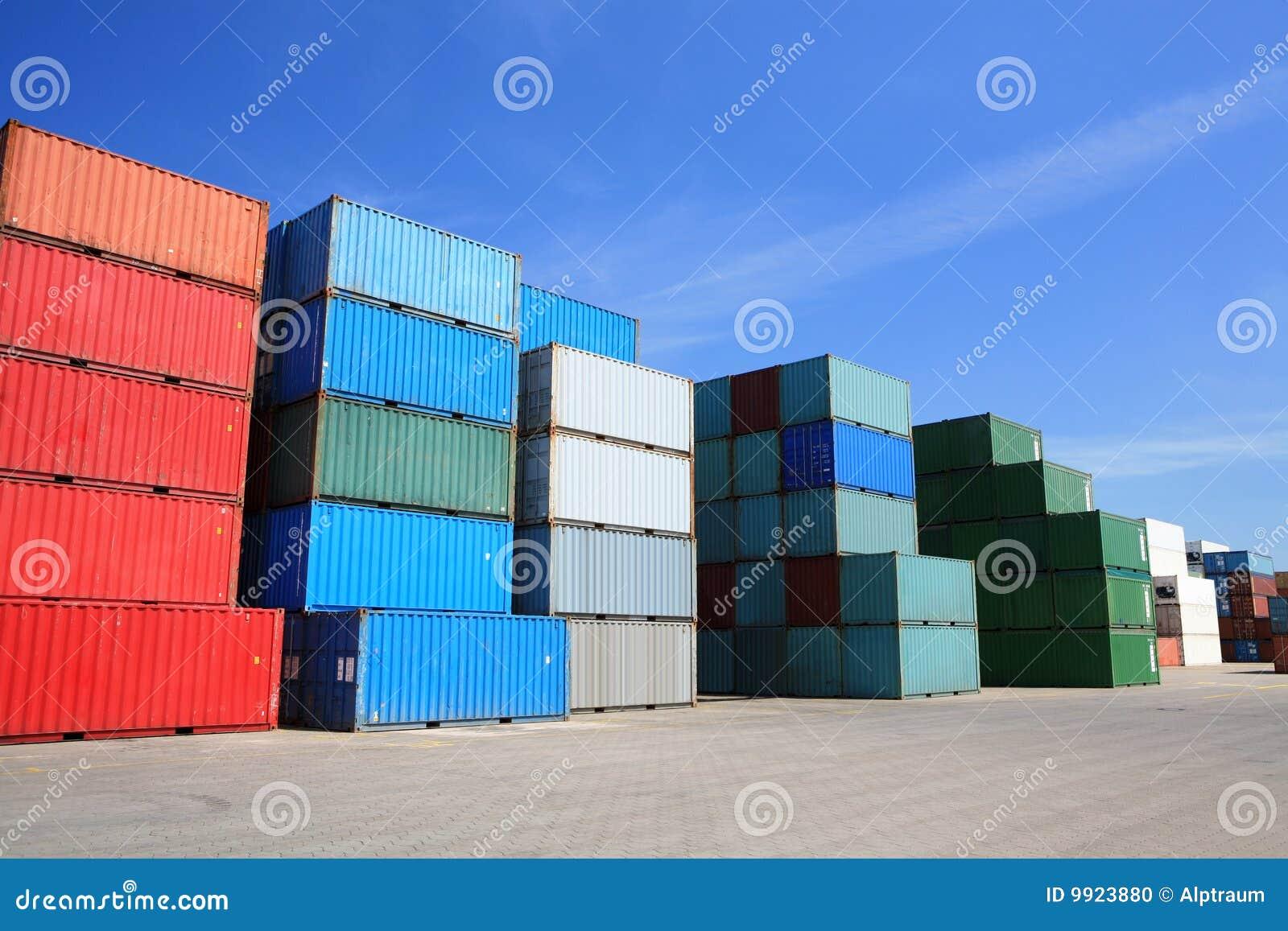 Pilha dos recipientes de frete da carga no porto