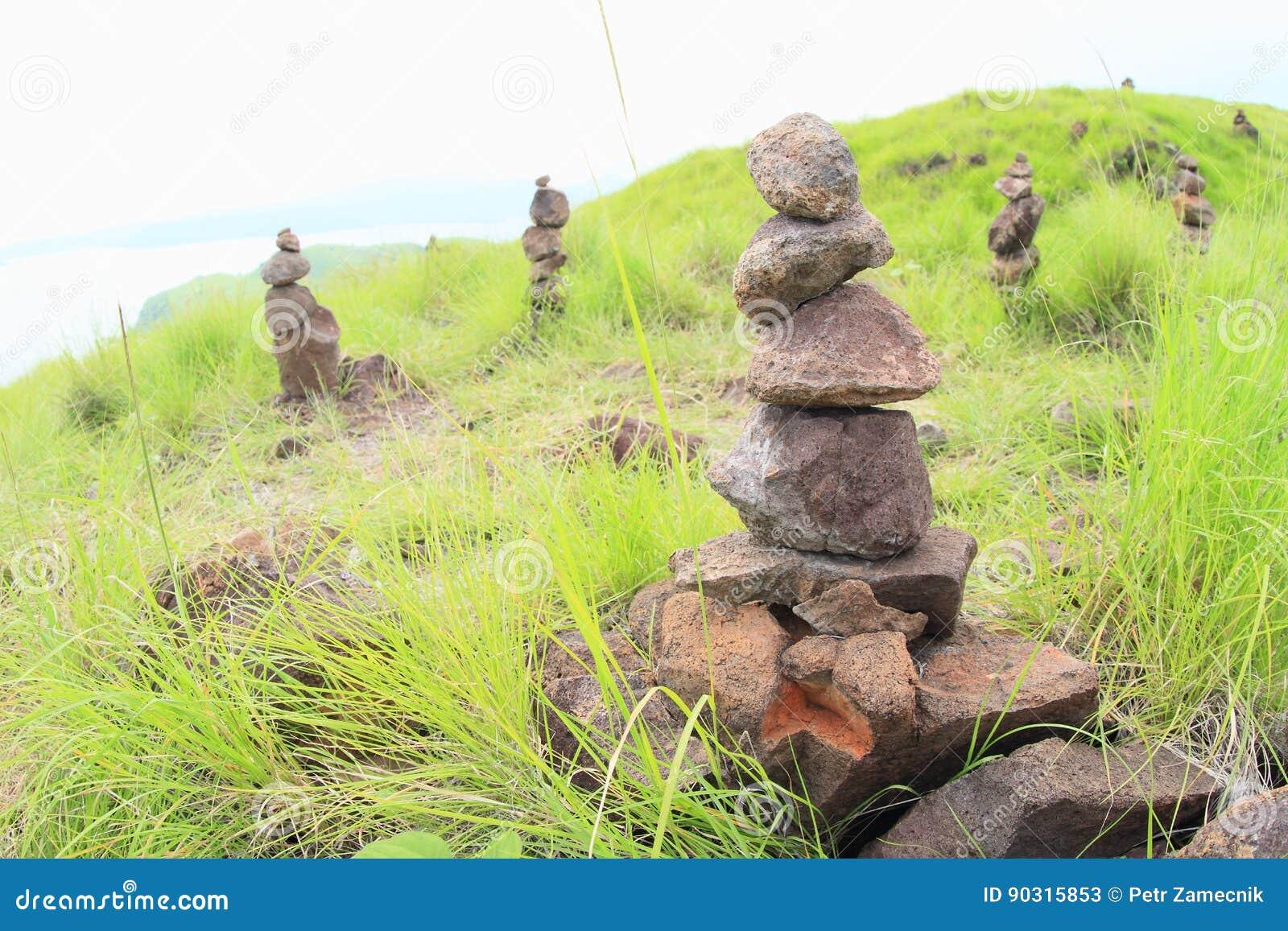 Pilhas da pedra na ilha de Padar