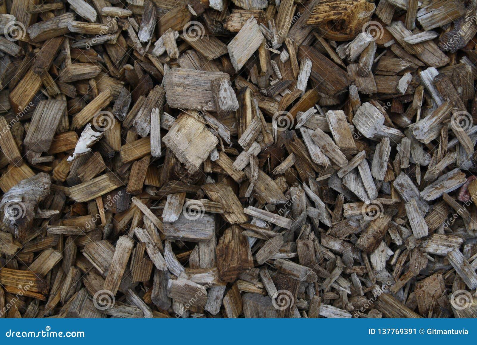 Pilhas das microplaquetas de madeira em Lapland Finlandia