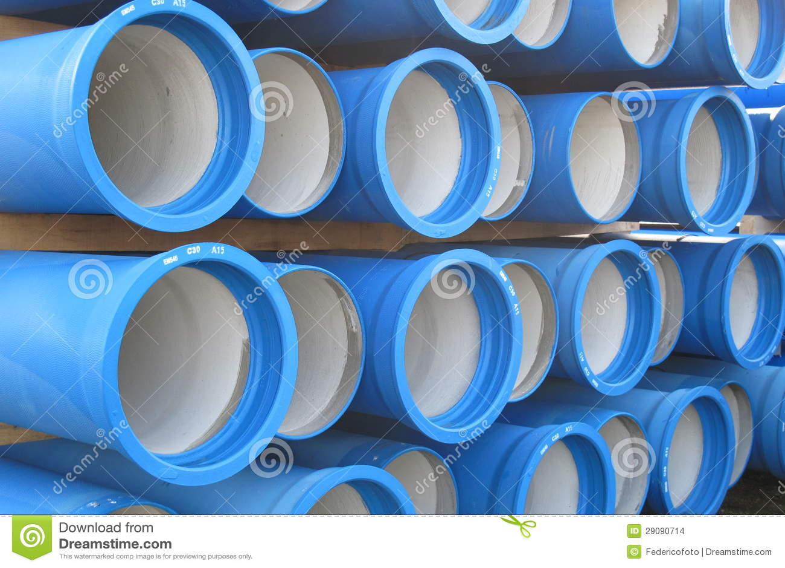 Pilhas das tubulações concretas para transportar a água e saneamento
