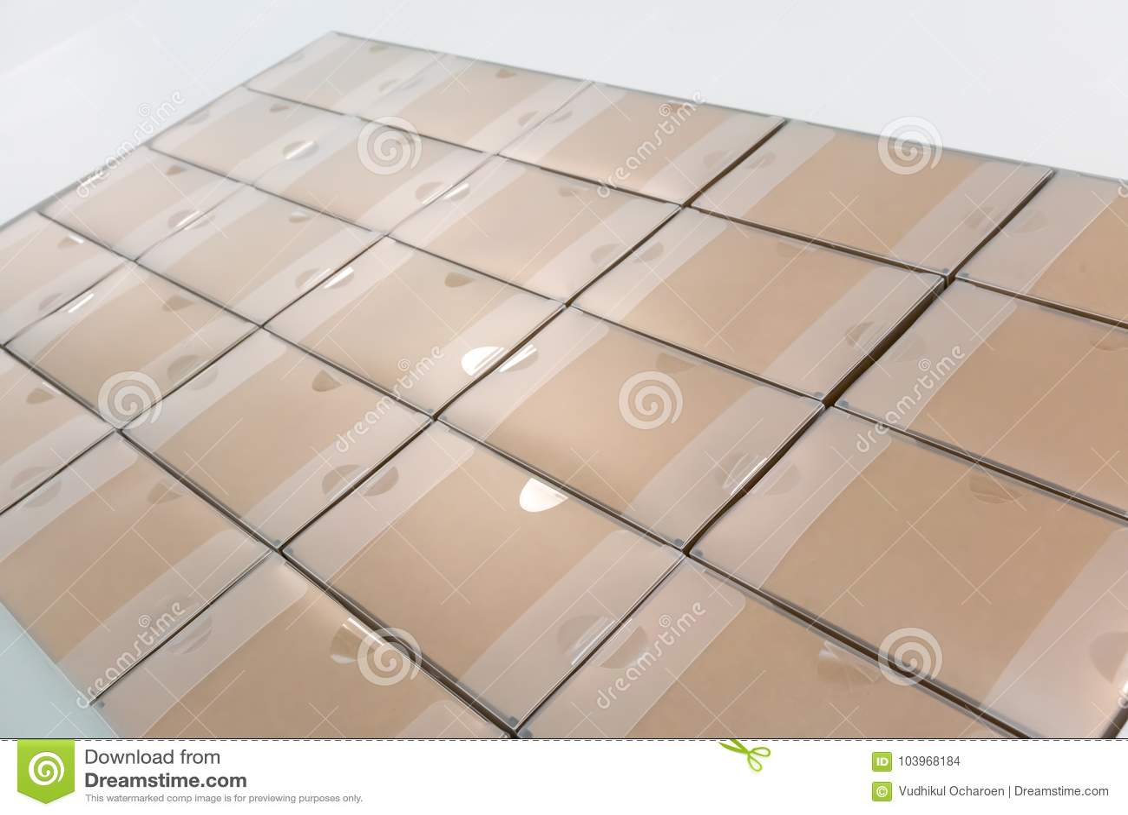 Pilhas de caixas de papel recicladas nas fileiras após a verificação da passagem e o t